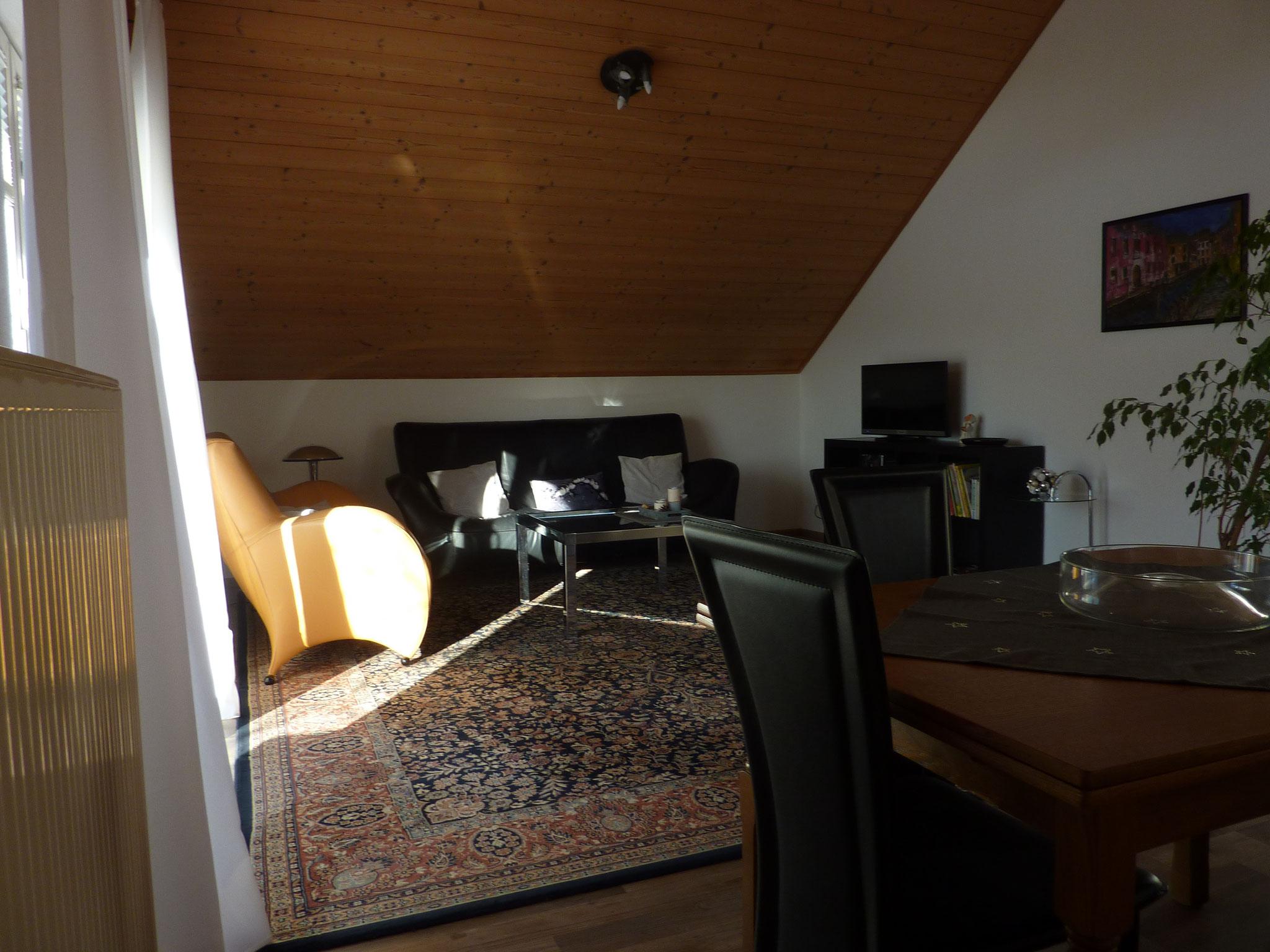 Gemütliches Wohnzimmer mit Fernseher, Wlan- und Internetanschluß