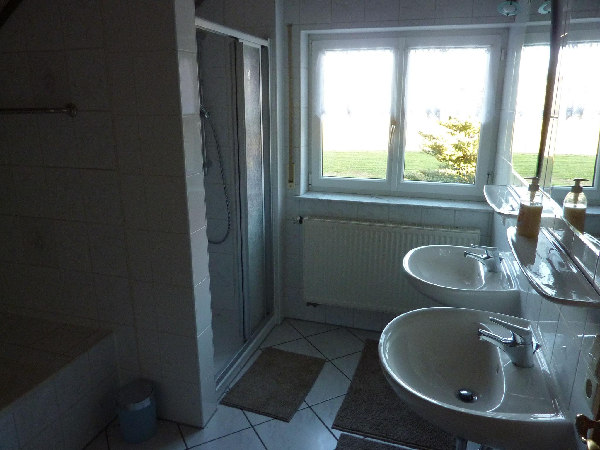 Bad mit Badewanne, Dusche, 2 Waschbecken und Bidet