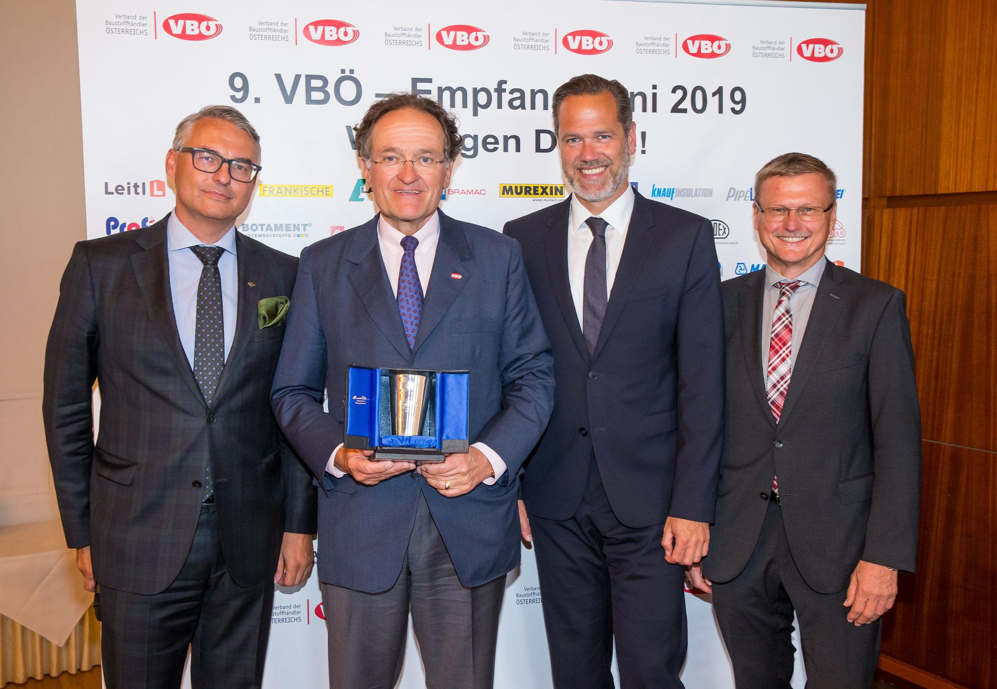 Verleihung des Silberbechers an KR Dr. Leonhard Helbich-Poschacher