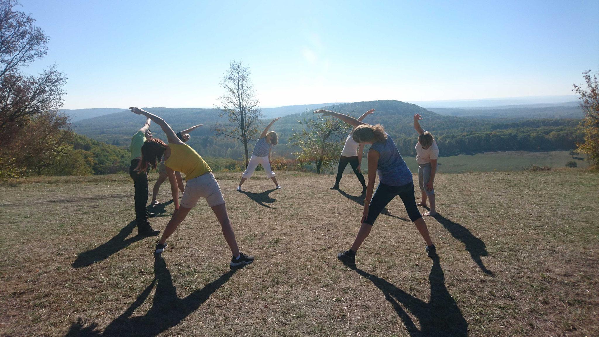 Yoga Übungen während der Wanderung