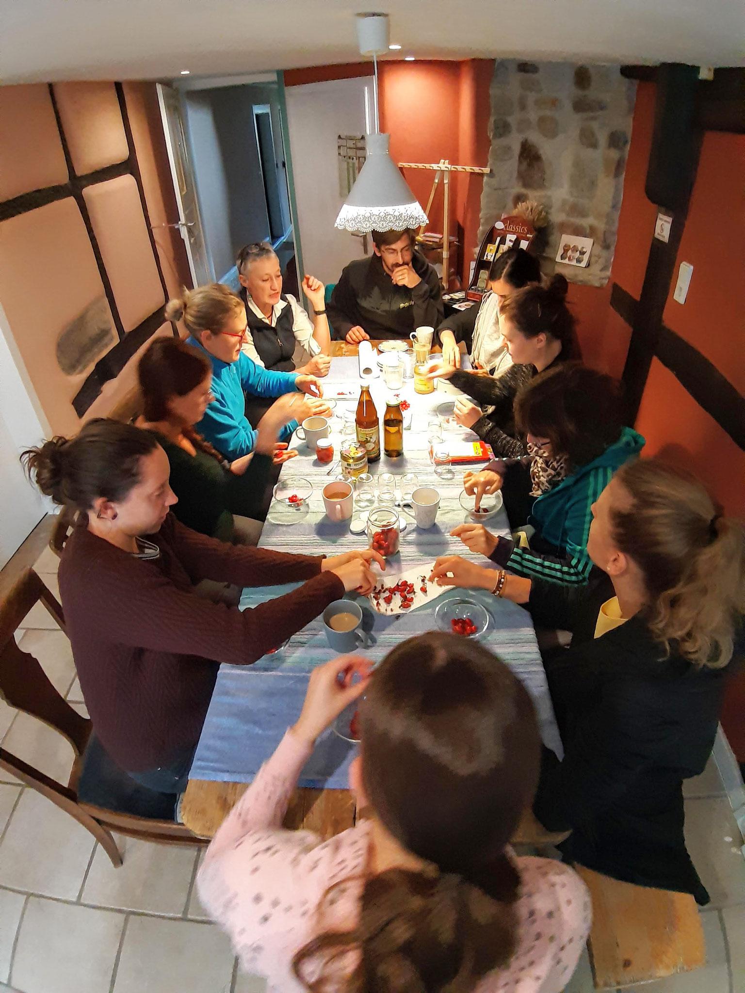 Nach der Kräuterwanderung mit Cornelia Wirsich wird der Zaubertrank hergestellt