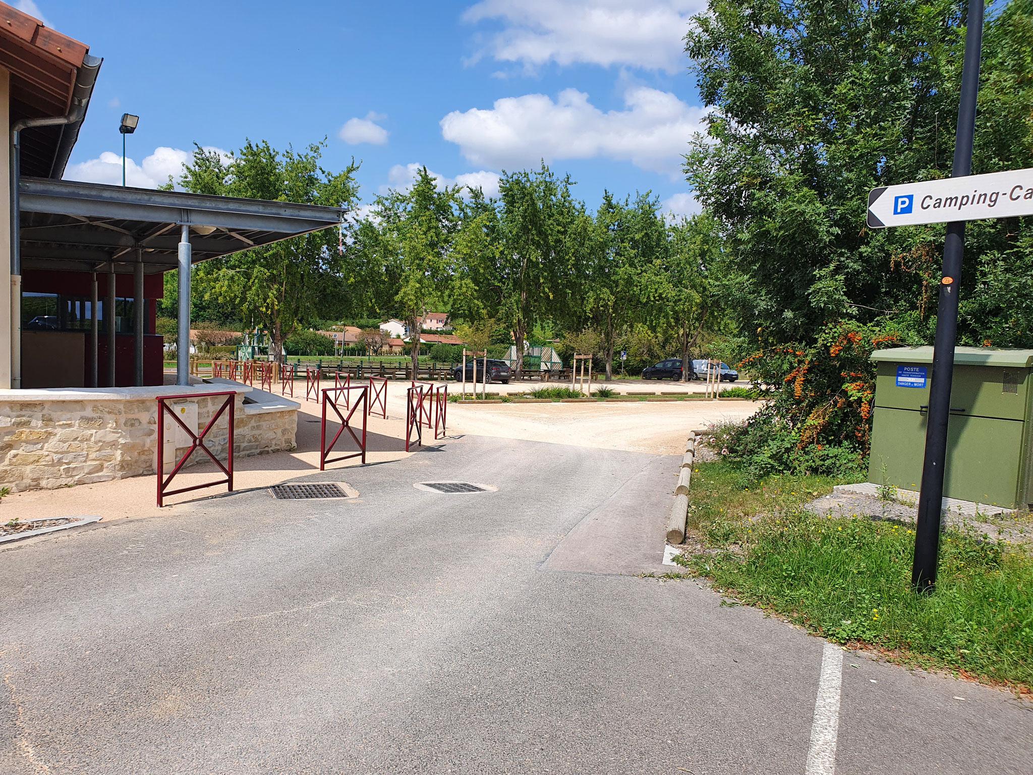 Allée séparée du parking et sécurisée pour les écoliers