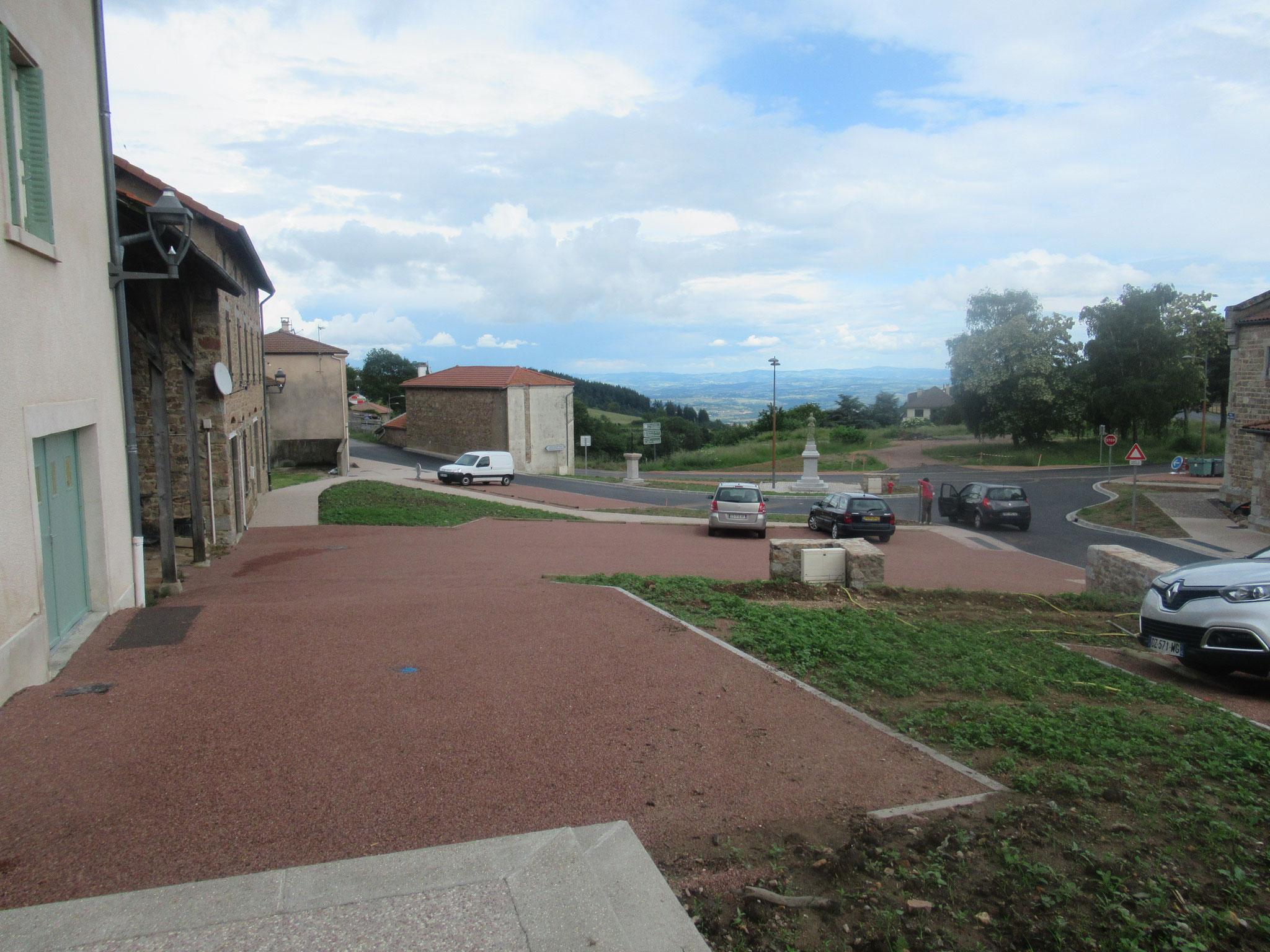 parkings en bicouche rose pour conserver l'image rurale et assurer la fonctionnalité du cœur de bourg