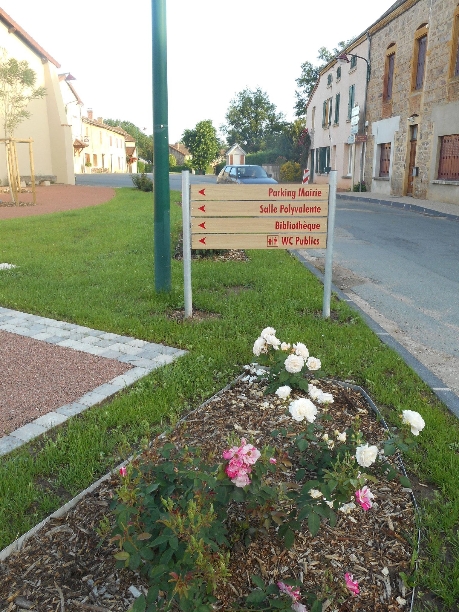 Panneau directionnel discret et intégré au cœur des plantations de rosiers