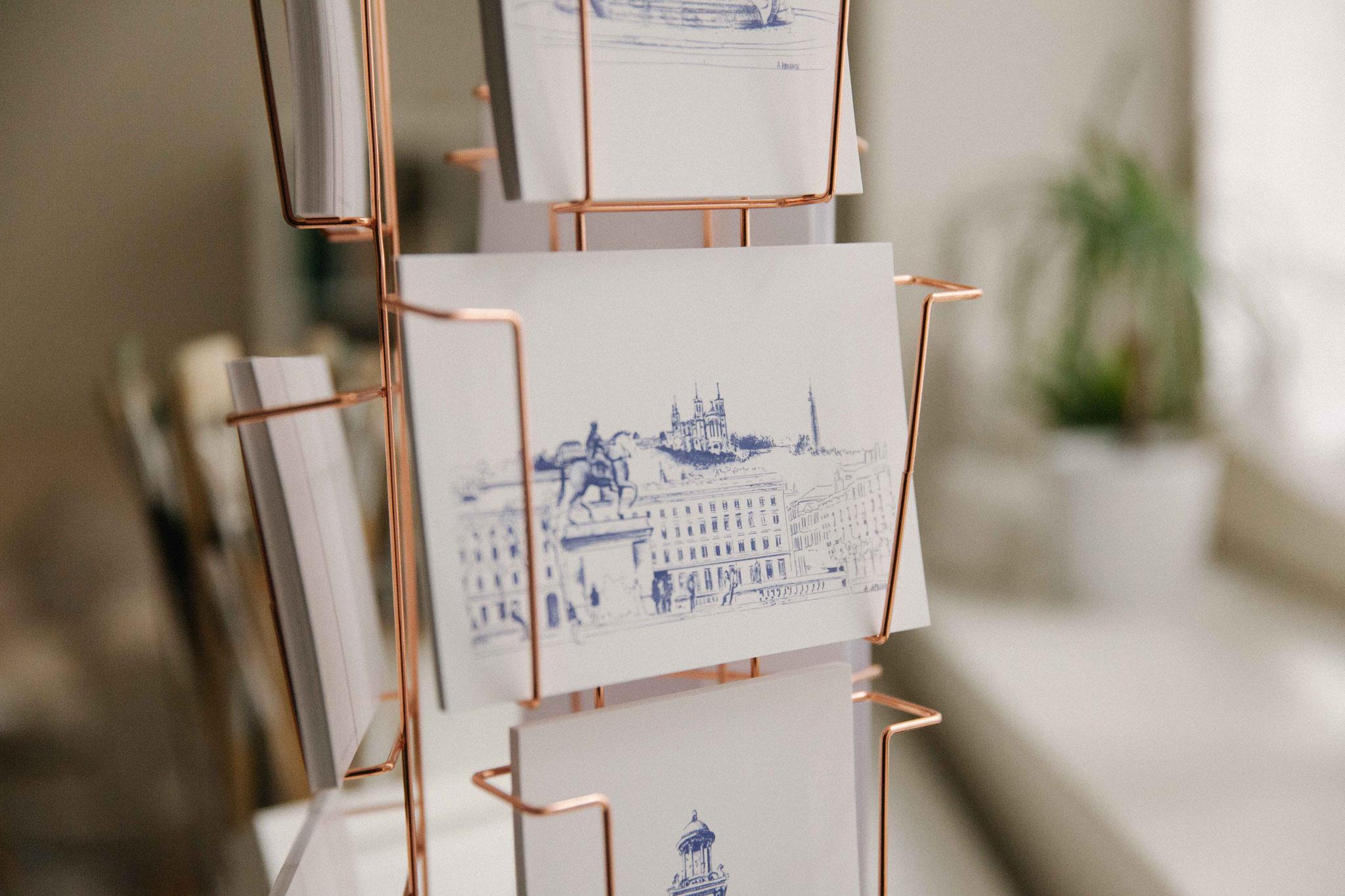 14.  Dessin de ville - Audrey Apruzzese - Dessinatrice Lyonnaise - Carte Postale Lyon Bellecour