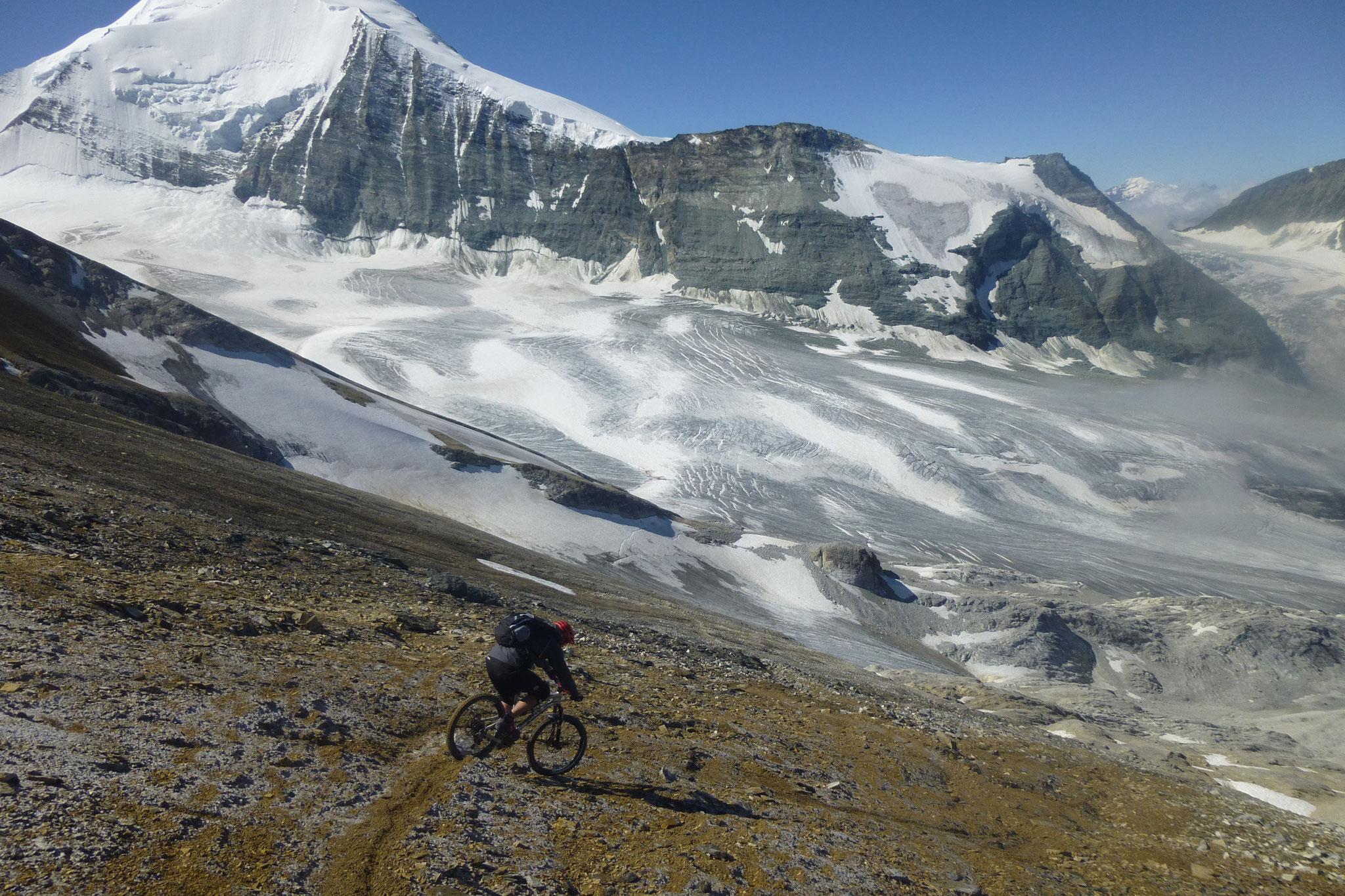 Die Belohnung: Eine schier endlose Abfahrt. 3000 Höhenmeter zurück ins Tal.