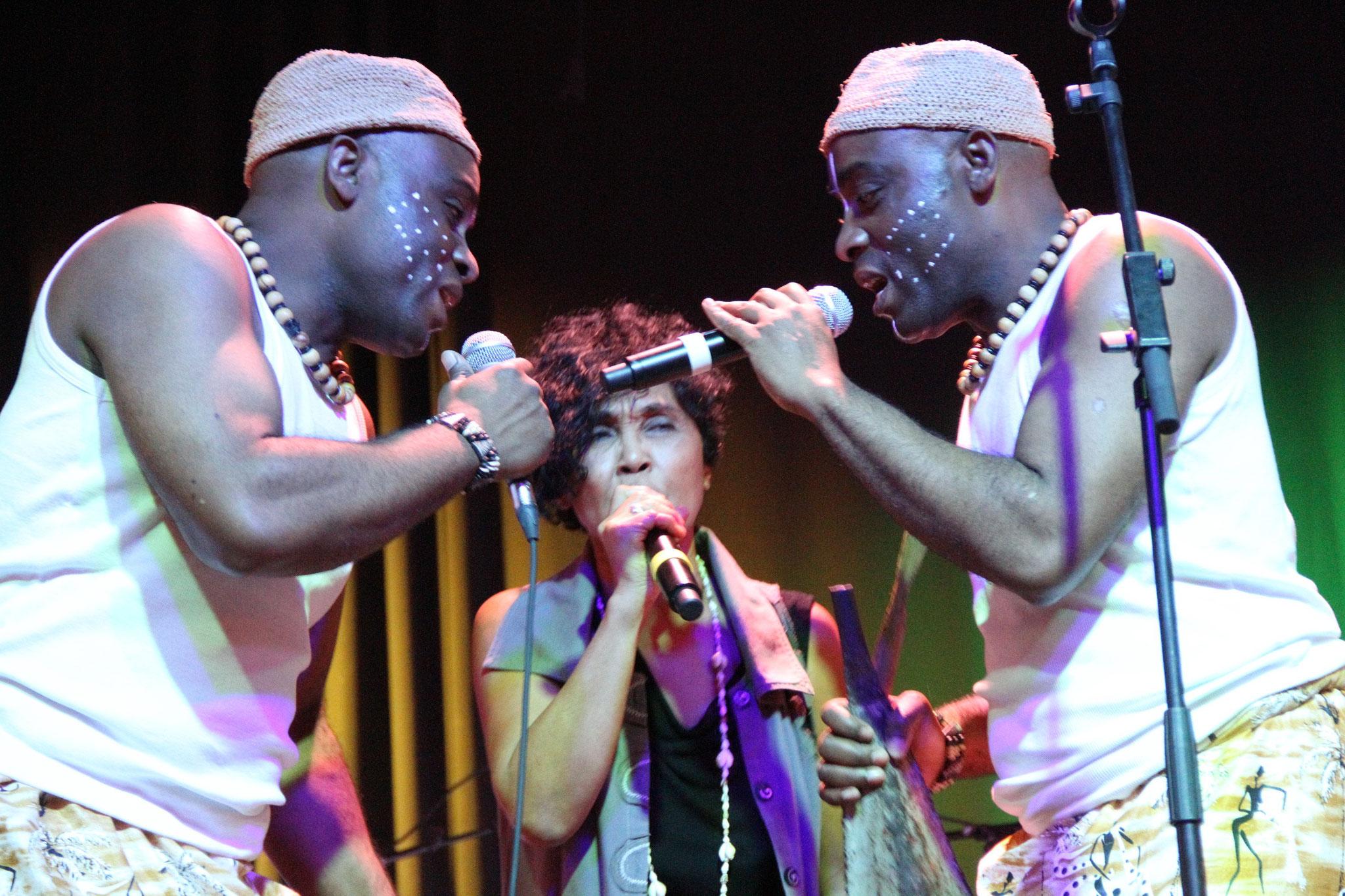 La chanteuse Sha Rakotofiringa & Les Jumeaux de MASAO (Masao Masu).