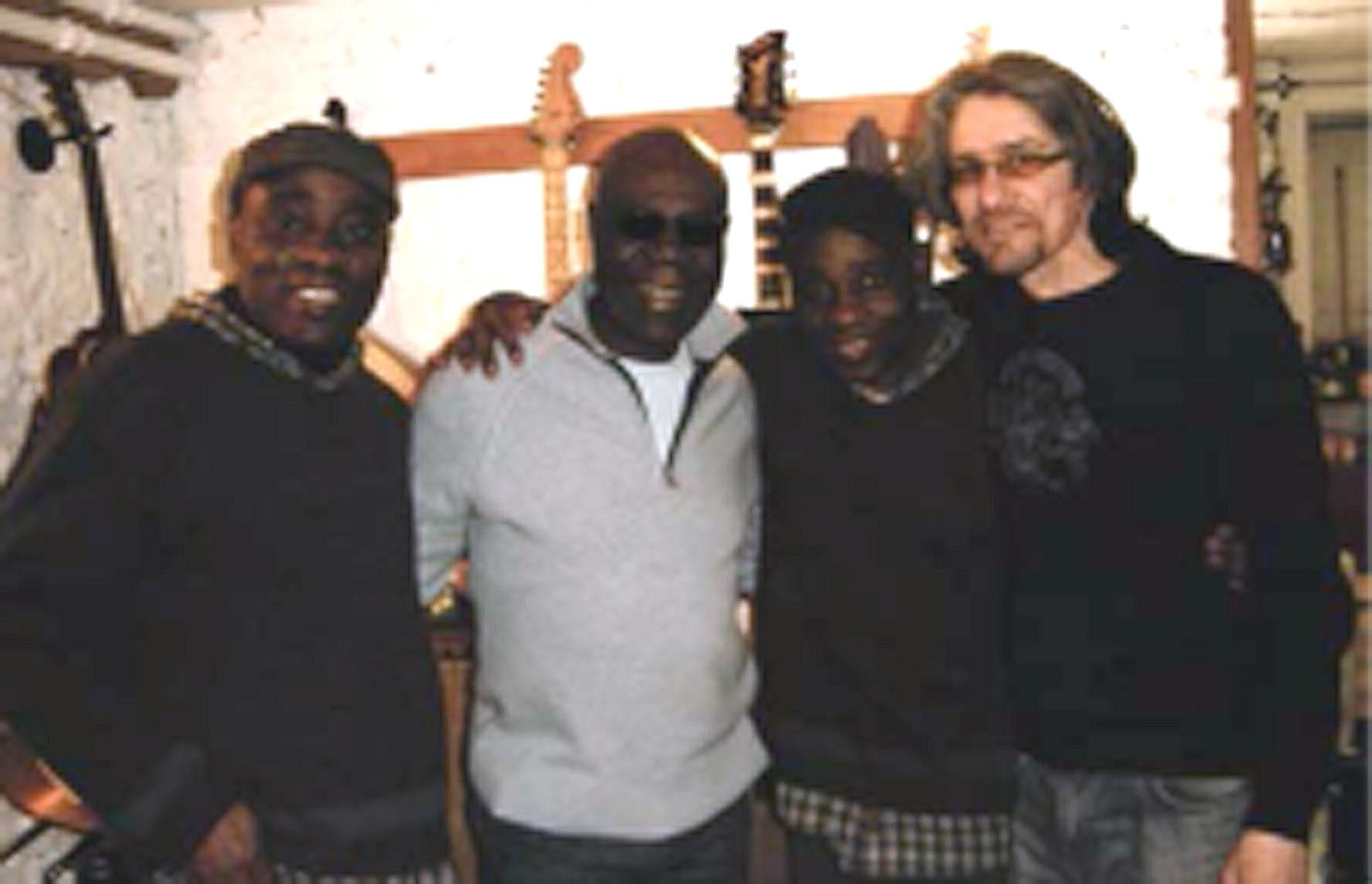 Les Jumeaux de MASAO (Masao Masu) en studio avec Manu Dibango et l'arrengeur guitariste Phil Robert