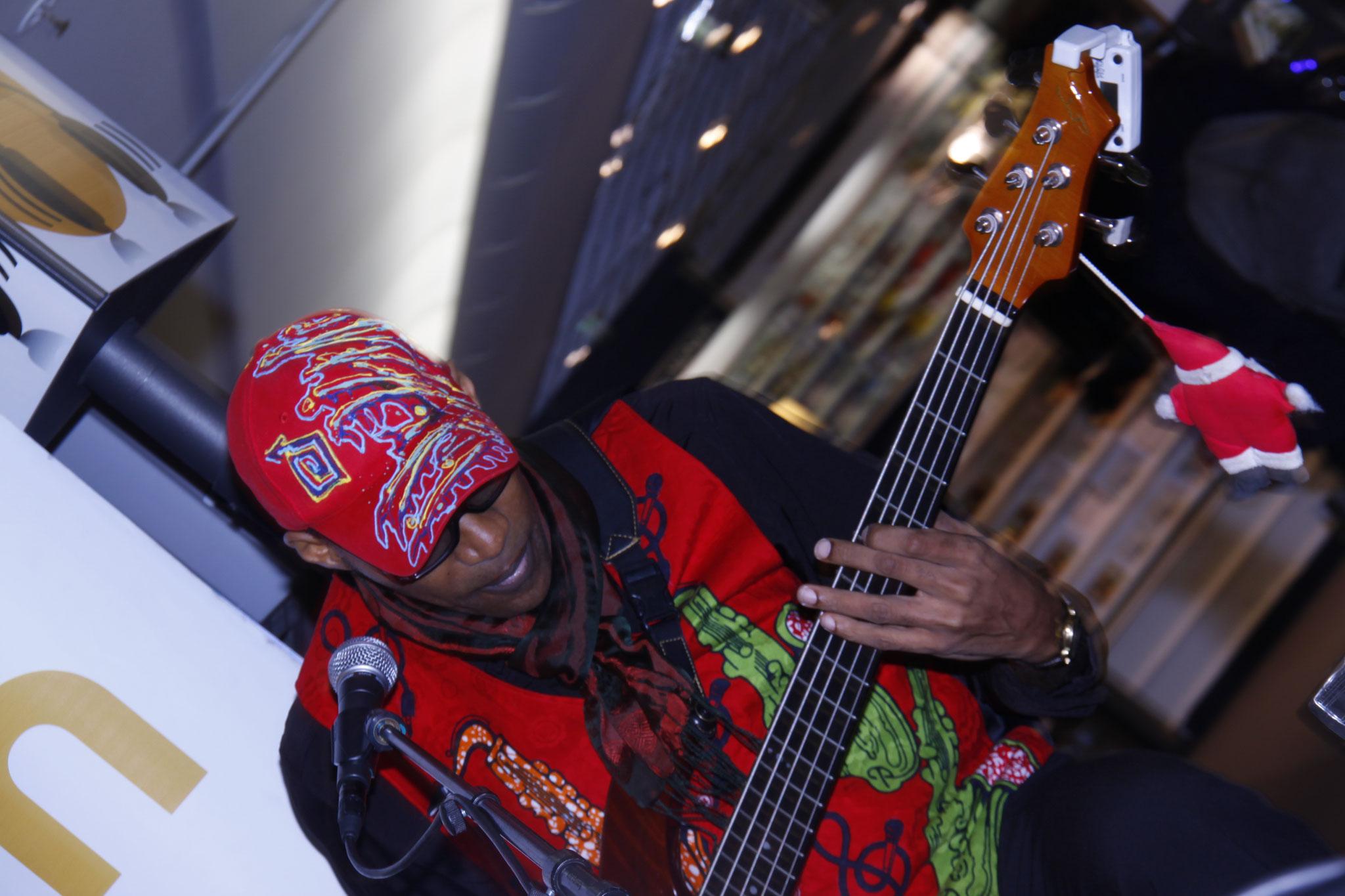 Les Jumeaux de MASAO (Masao Masu) en concert à la Fnac Chatelet les Halles  avec le bassite camerounais Noël Ekwabi  . Photo : Michel Abdebreman