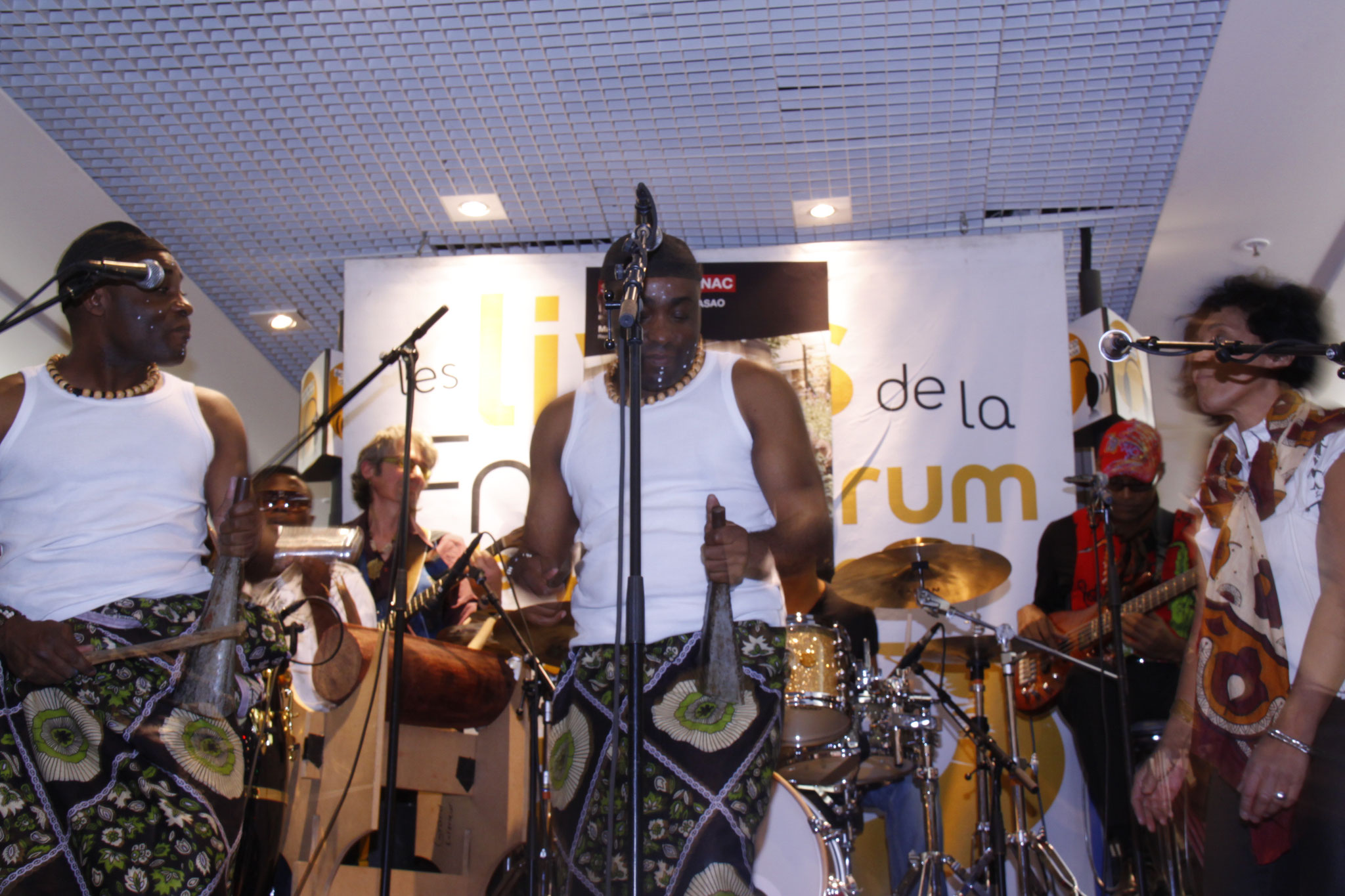 Les Jumeaux de MASAO (Masao Masu) live in the Fnac Chatelet les Halles   . Photo : Michel Abdebreman