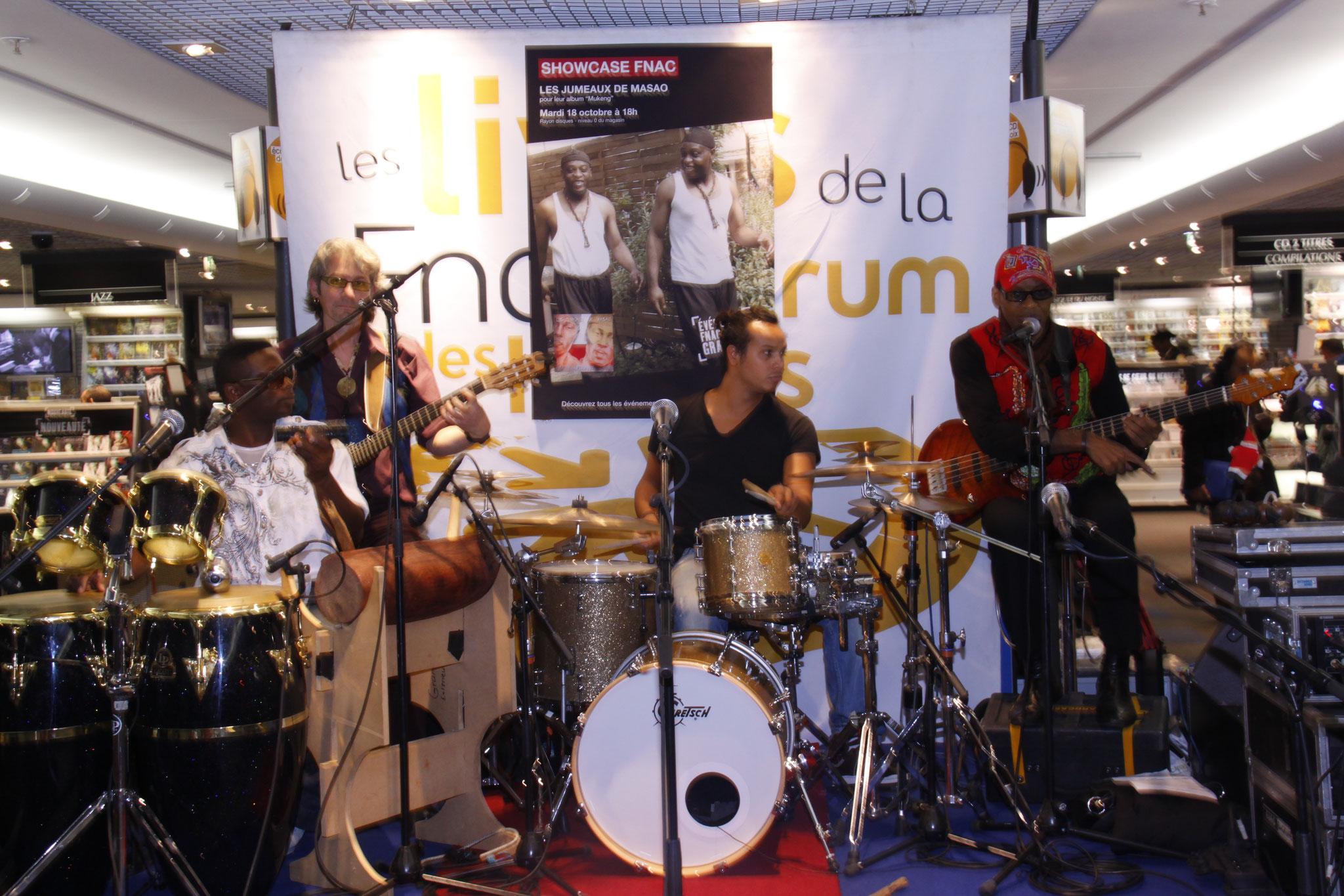 Les Jumeaux de MASAO (Masao Masu) avec le guitariste Phillipe Robert, le batteur Davy Honneen, le percussioniste Hob Cool et  le bassite camerounais Noël Ekwabi  concert à la Fnac Chatelet les Halles  . Photo : Michel Abdebreman