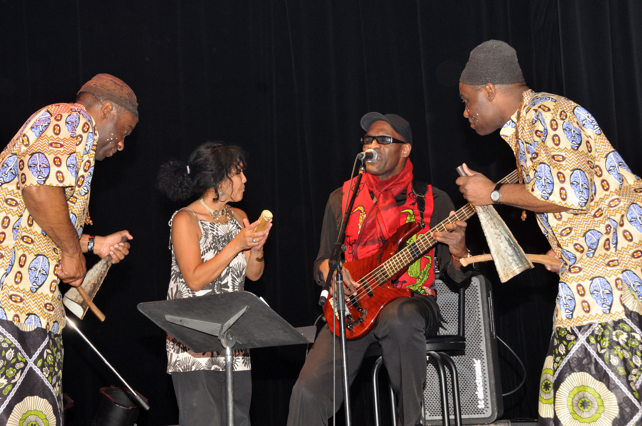 Les Jumeaux de MASAO (Masao Masu) with the singer Sha Rakotofiringa and the bass player Noël Ekwabiet.  Photo : Jean-Luc Karcher