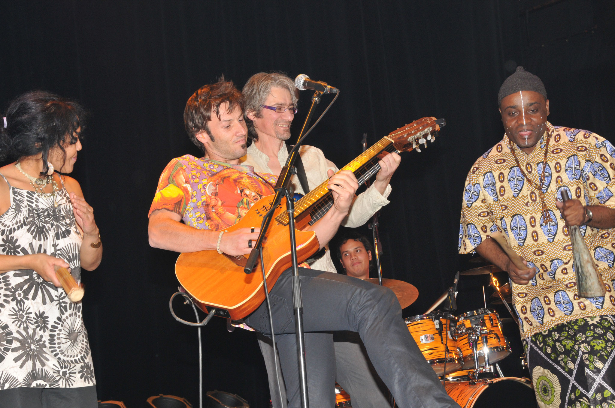 Les Jumeaux de MASAO (Masao Masu) avec le guitariste arrangeur Phil Robert, Olivier Freche, Sha Rakotofiringa et Davy Honnet. Photo : Jean-Luc Karcher