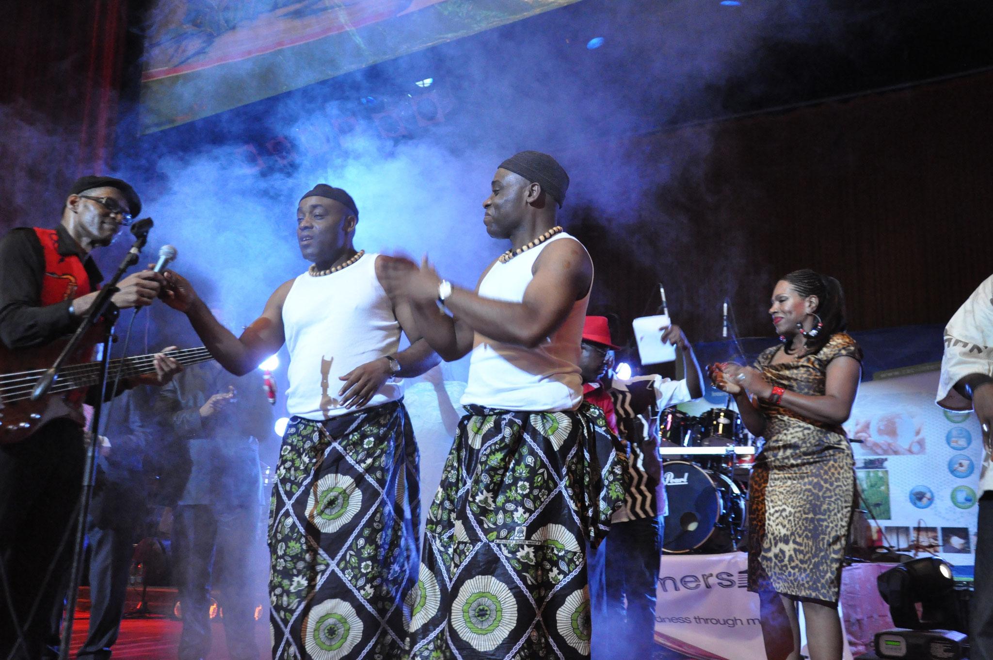 Les Jumeaux de MASAO (Masao Masu) avec l'actrice américaine Sheryl Lee Ralph au Palais des congrès de Yaoundé Cameroun . Photo : Claude Badaha