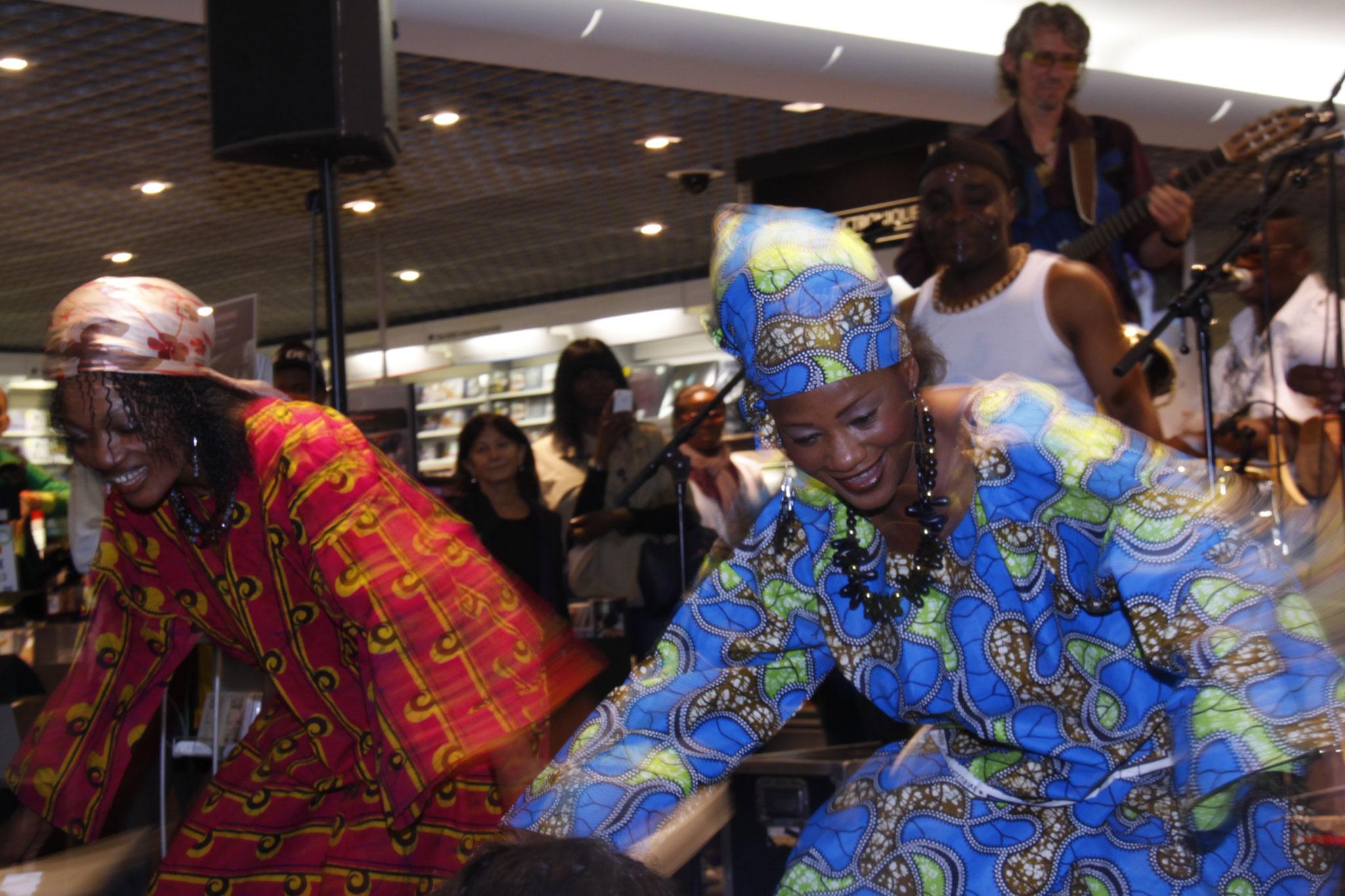 Les Jumeaux de MASAO (Masao Masu) en concert à la Fnac Chatelet les Halles et leurs danseuses Mariam Eliane Coulibaly et Geneviève  . Photo :Michel Abdebreman