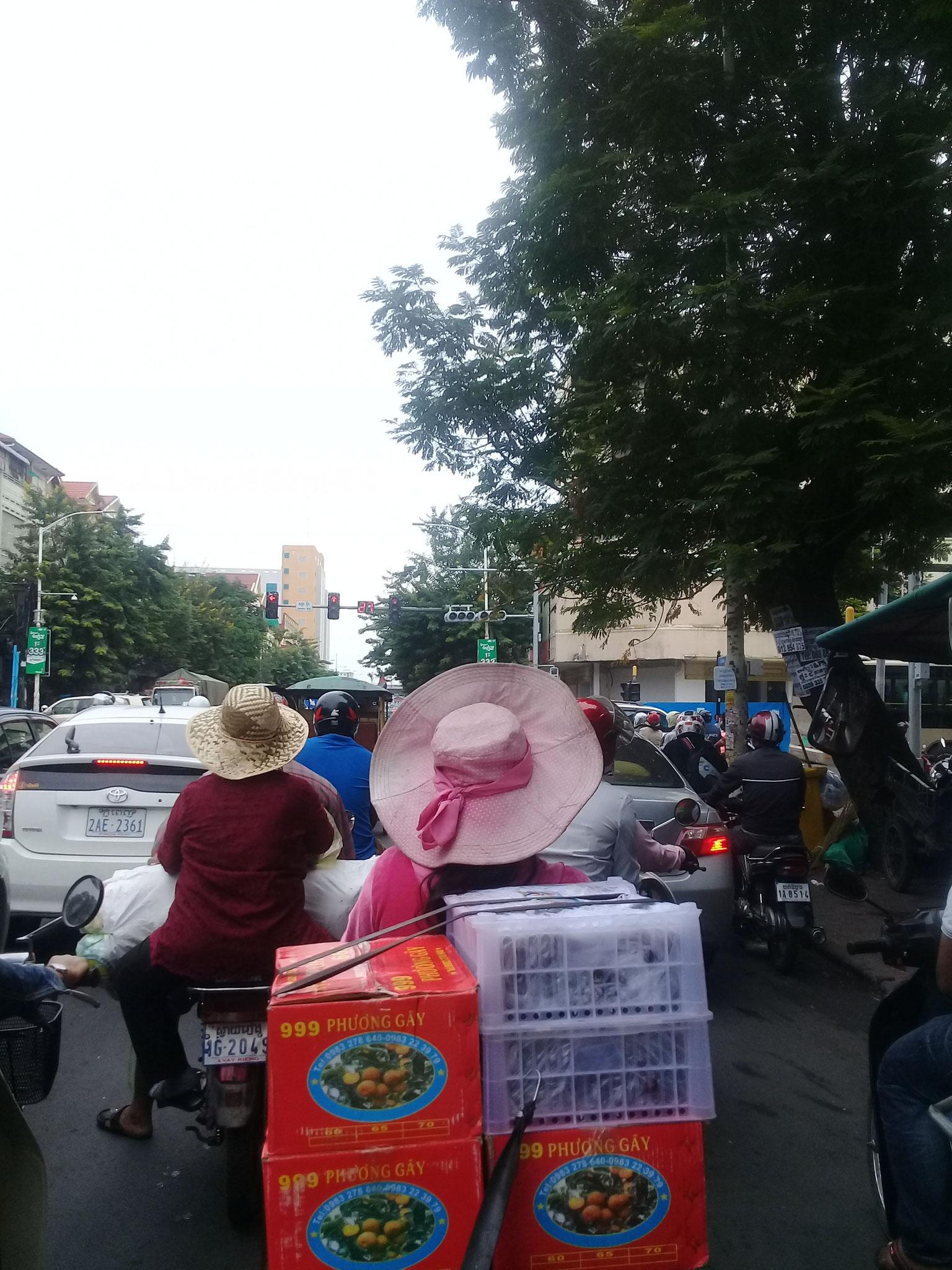 diese Dame mit schönem Hut hat glaube ich Früchte aus Vietnam geladen