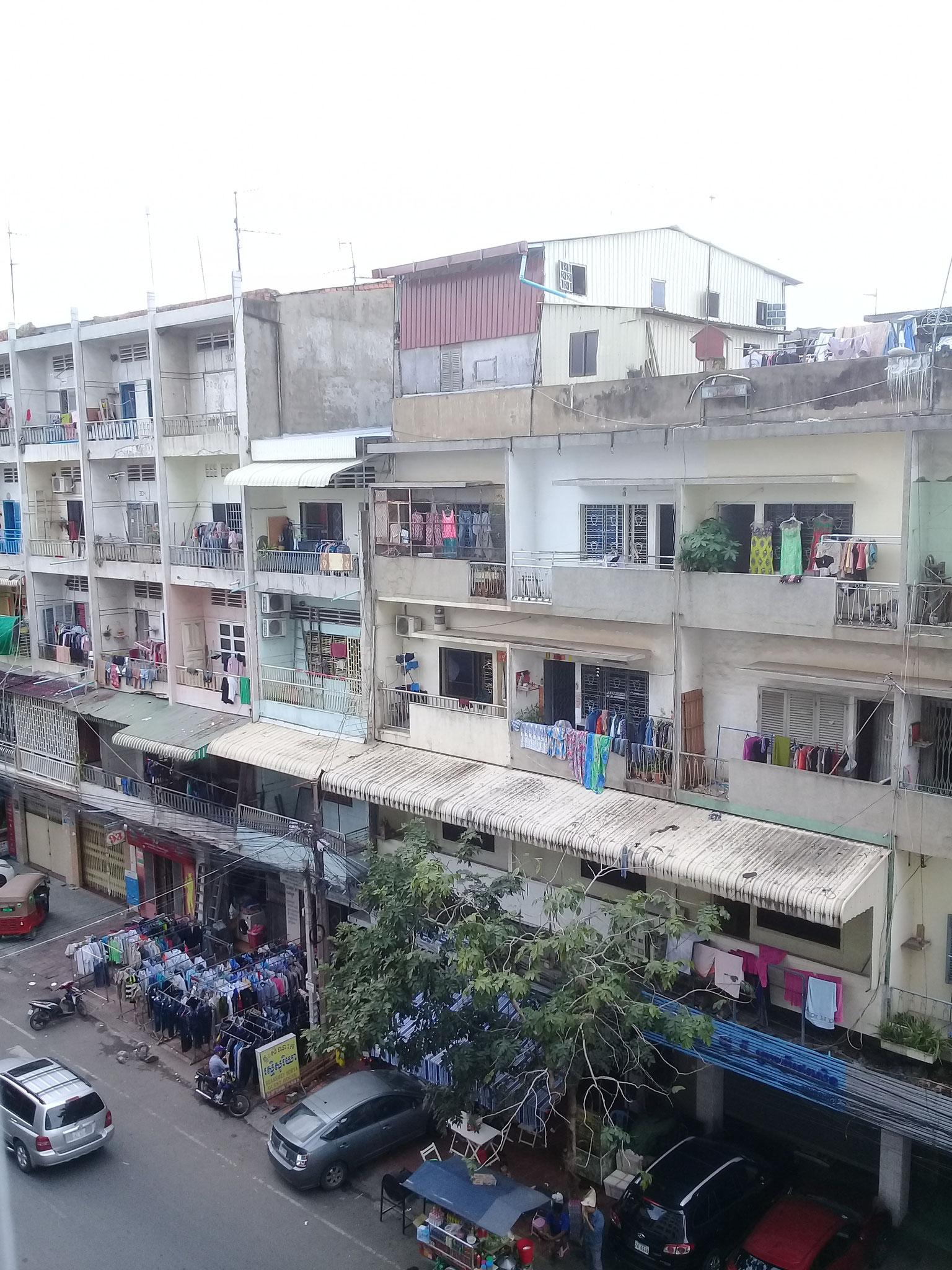 Balkone Phnom Penhs, links eine Wäscherei