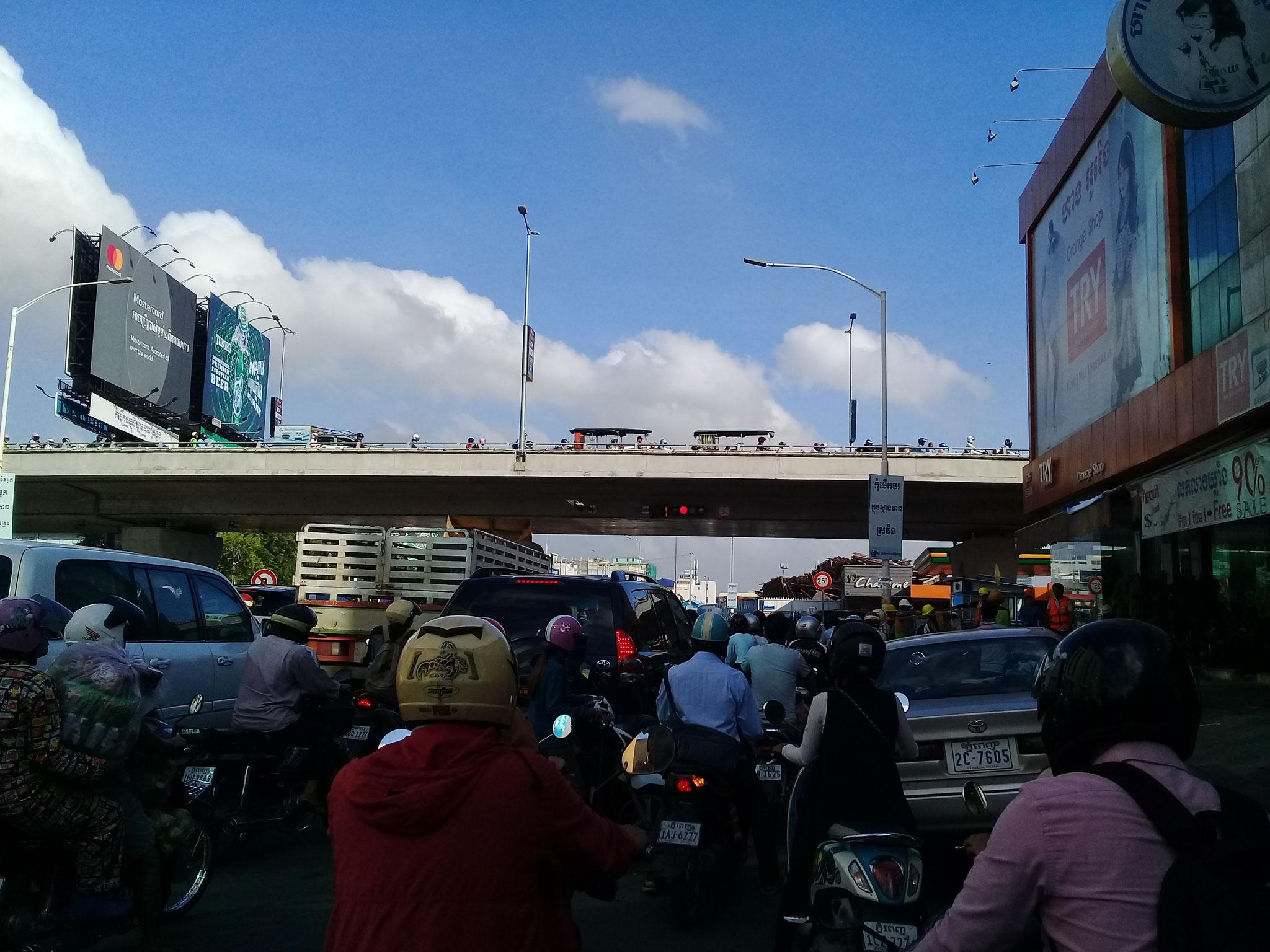 eine Brücke über den Mao Tse Tung Blv.