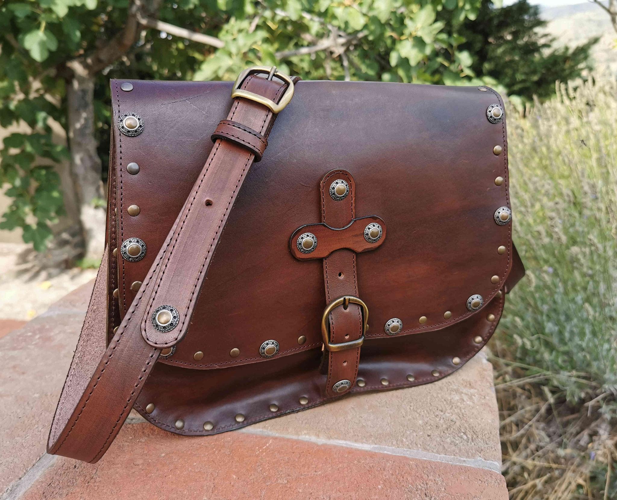 borsa borchiata marrone