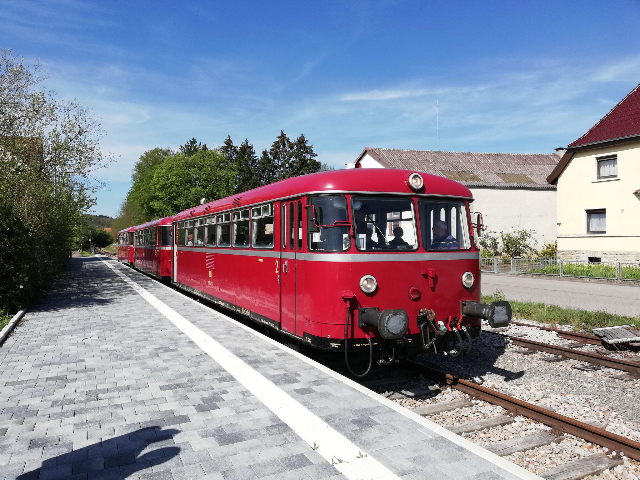 Zu Ostern sucht man bunte Eier, im Krebsbachtal gerne auch mal mit dem Zug, aus diesem Grund war unser VT zwischen Neckarbischofsheim Nord und Hüffenhardt im Einsatz.