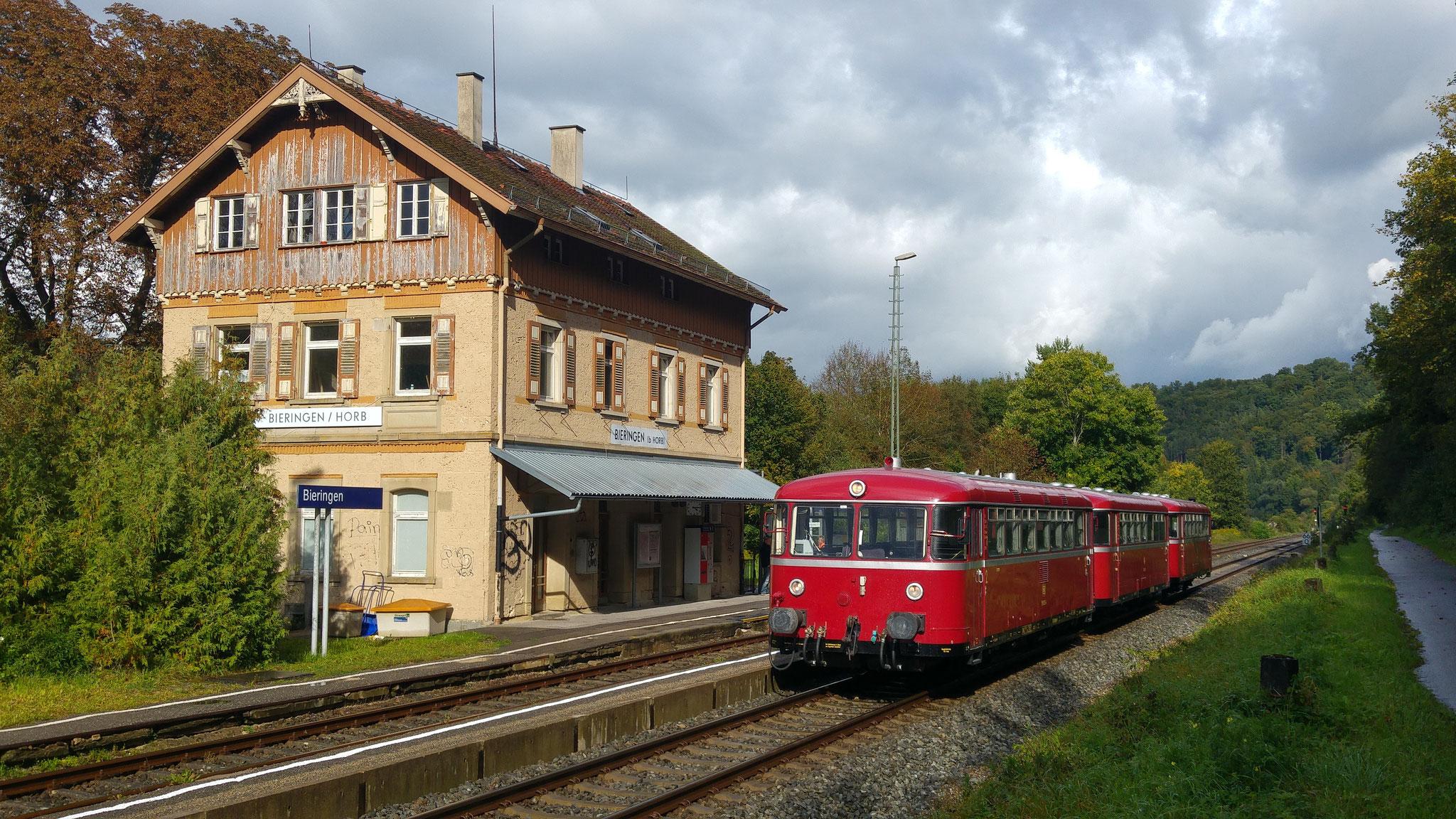 Kurzer Kreuzungshalt im beschaulichen Bahnhof Bieringen bei Horb, gleich geht es weiter über die Obere Neckartalbahn.