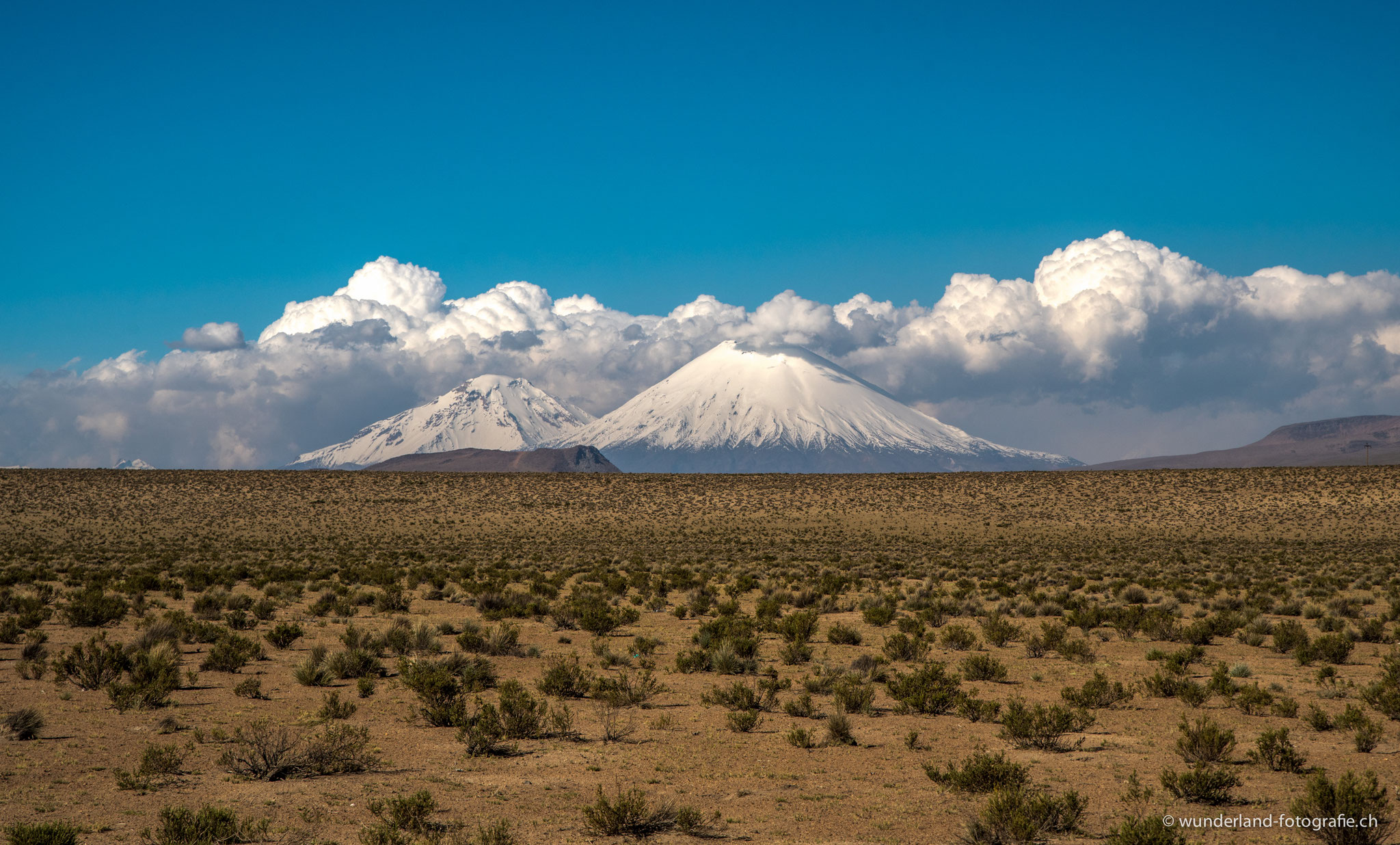 Die beiden Vulkane Parinacota (6330 m) und Pomerape (6240 m)