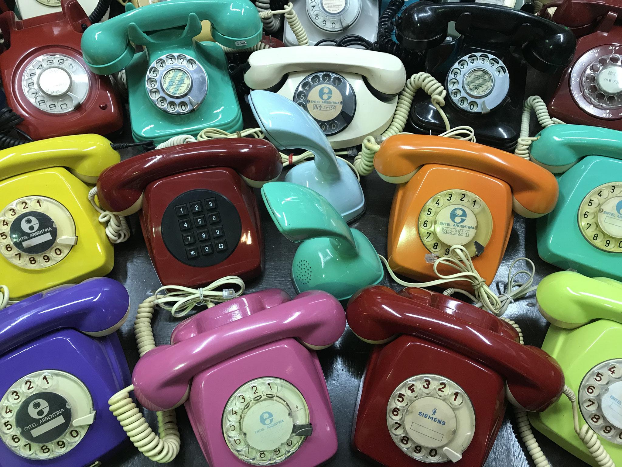 Ein ganzer Tisch voller Telefone! Und sogar mehrere rote...