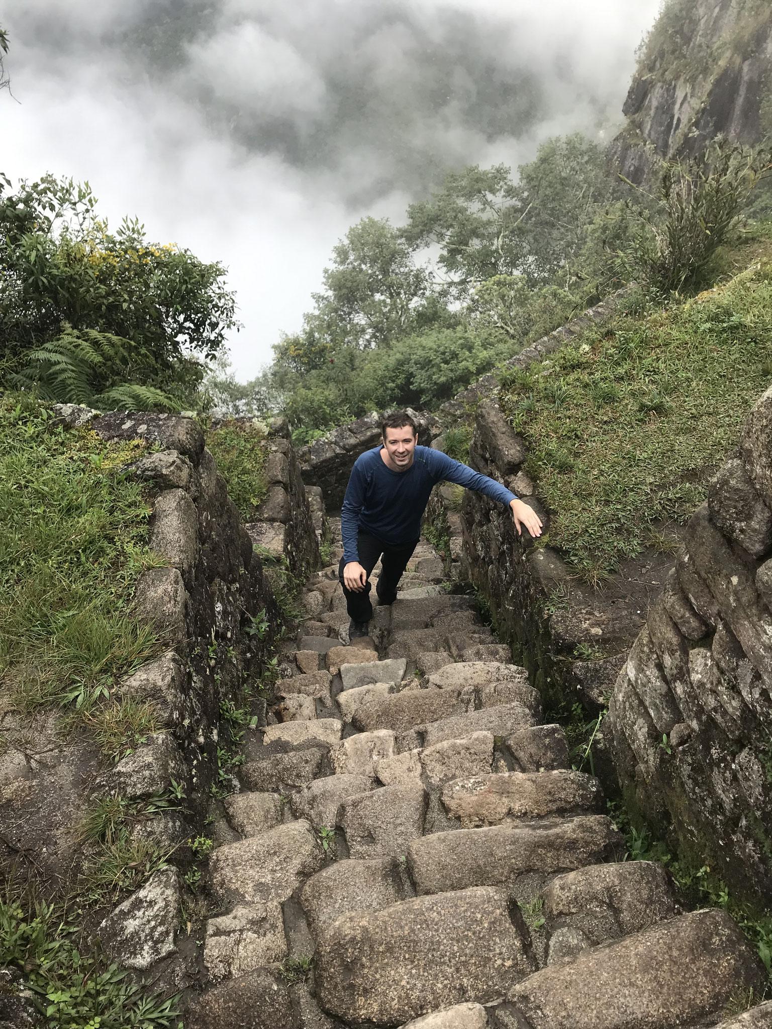 Steiler gehts kaum. Treppe hinauf auf den Wayna Picchu.