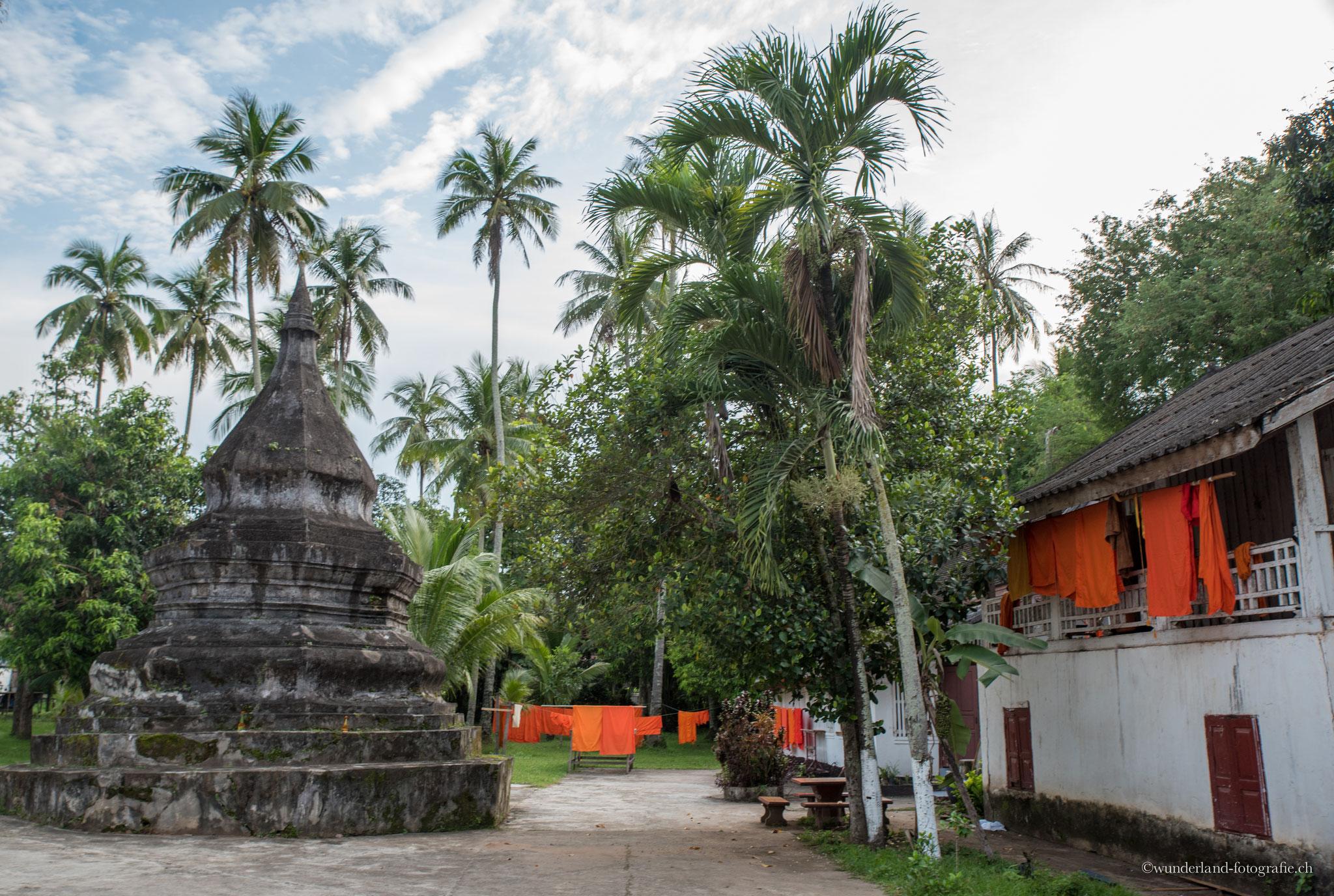 Mönchsroben trocknen beim Wat Aham