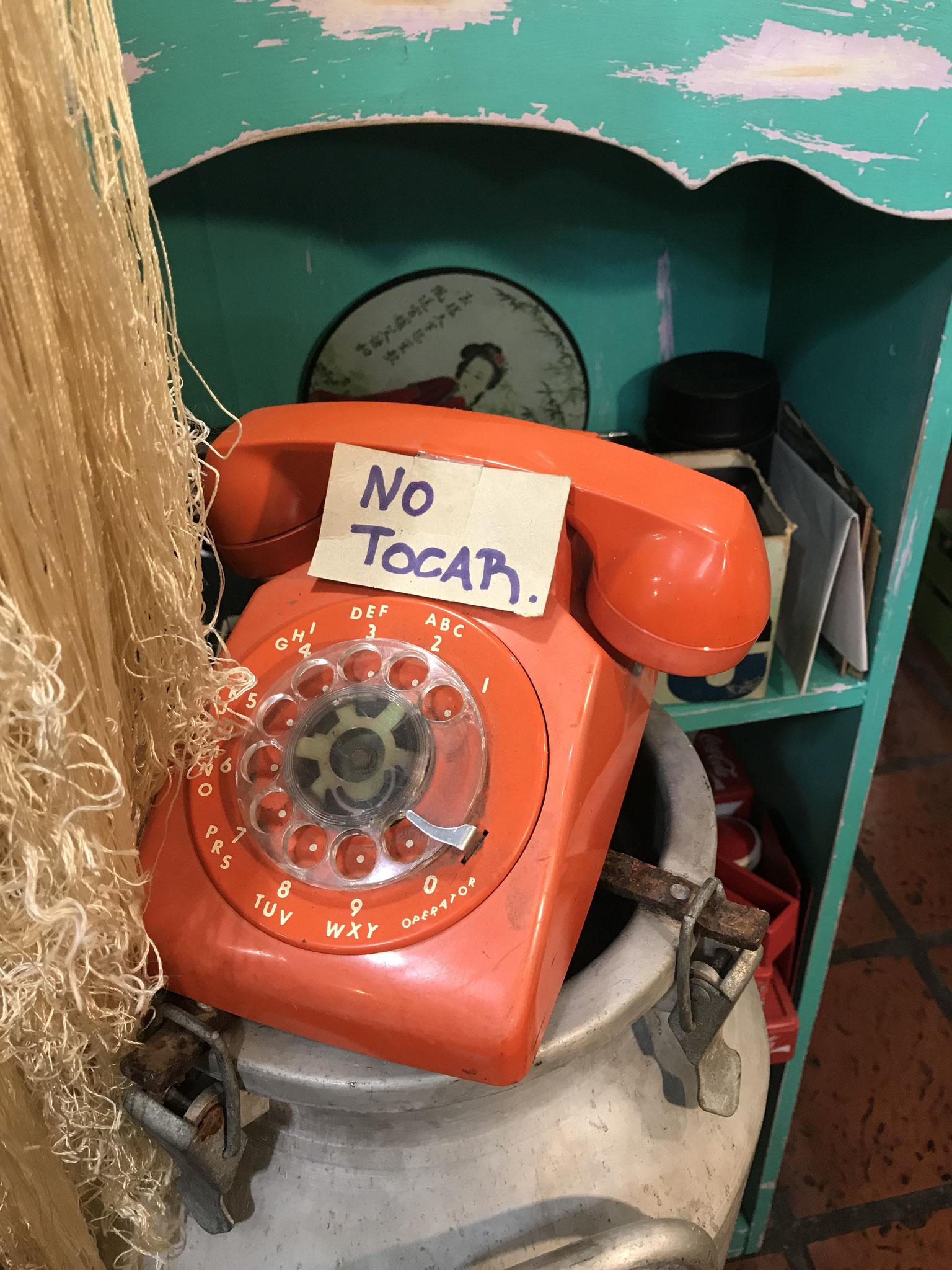 Langsam kommen wir der Sache etwas näher.... immerhin ein oranges Telefon hätten wir schonmal.