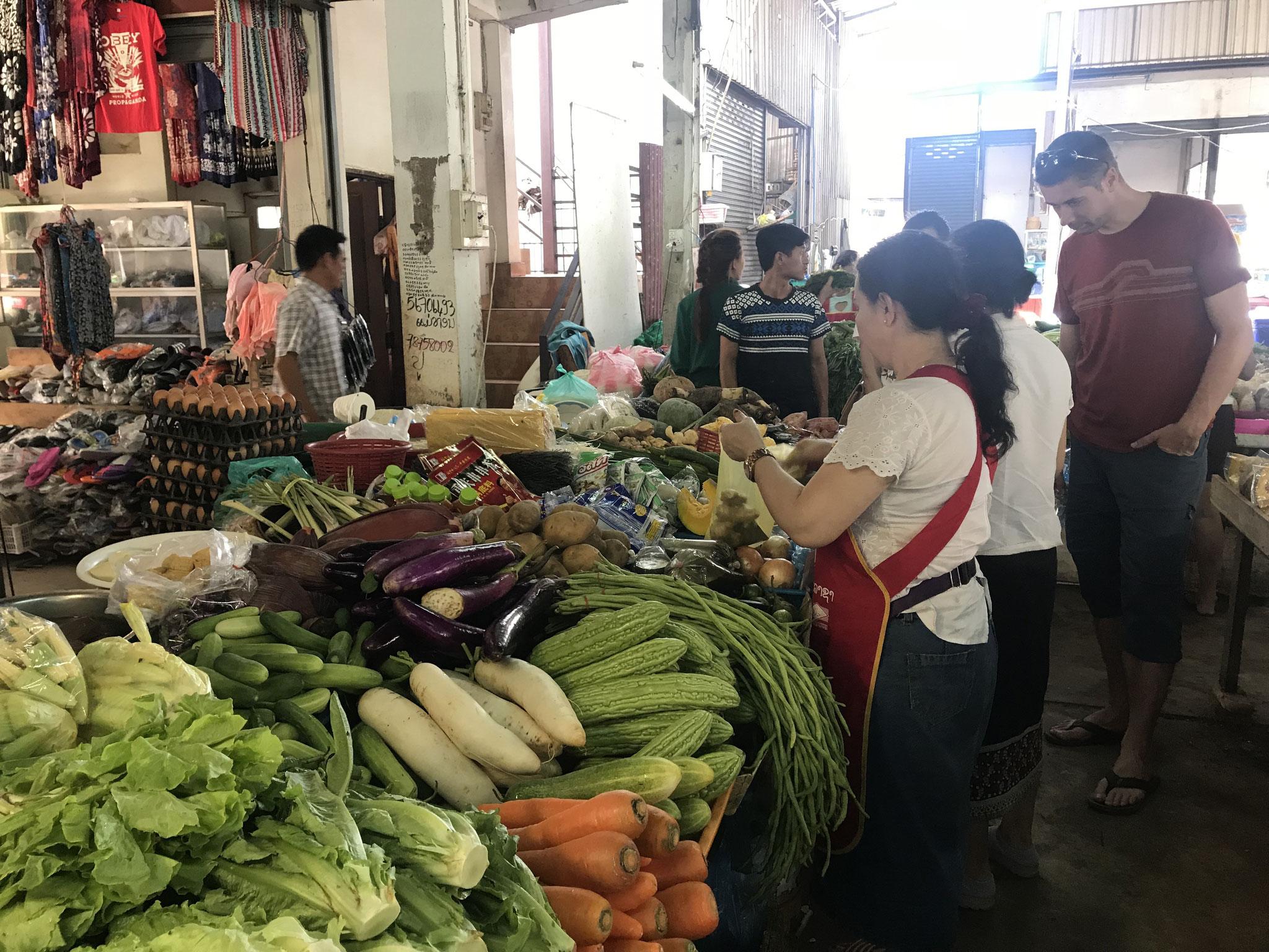 Einkaufen für den Kurs, Madame Phasouk erklärt uns die Zutaten