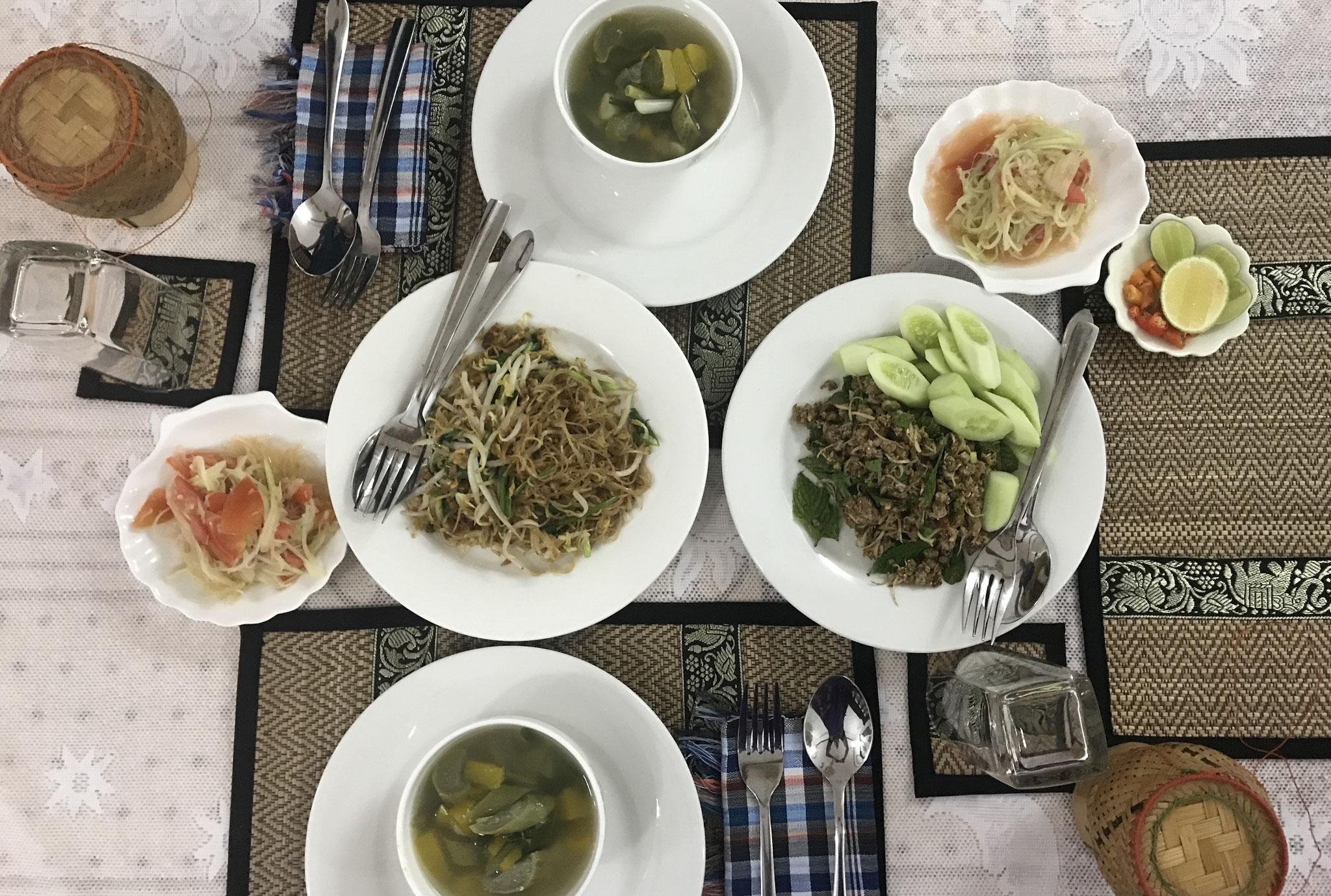 Papaya Salat, Suppe mit Fleisch und Gemüse, Lab Khai und gebratene Nudeln