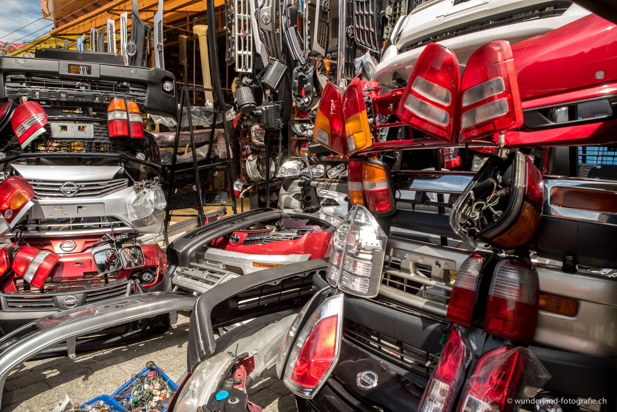 sogar Autoersatzteile gibt es auf dem Markt zu kaufen