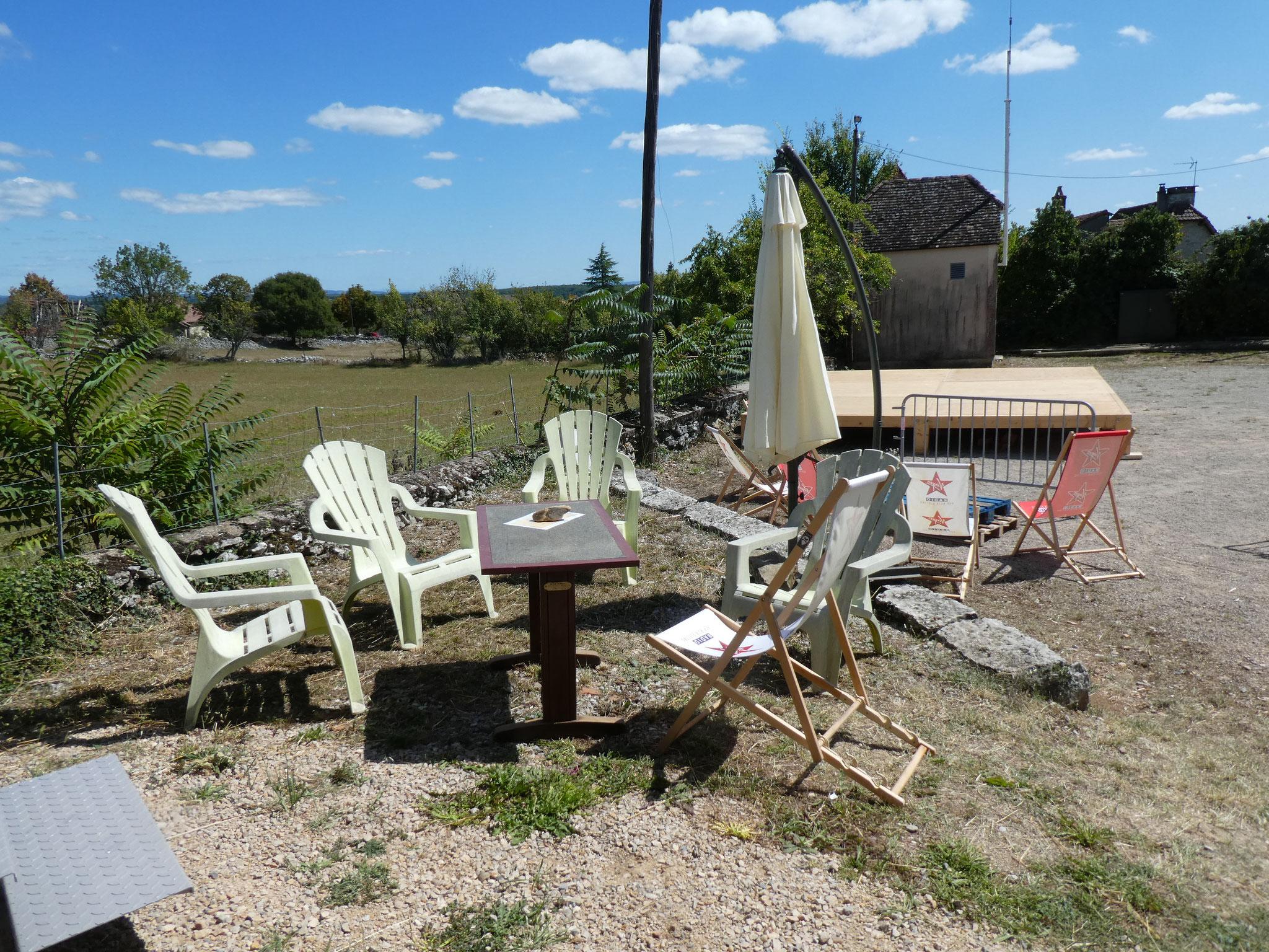 une belle terrasse derrière l'oustal, quelques tables devant.