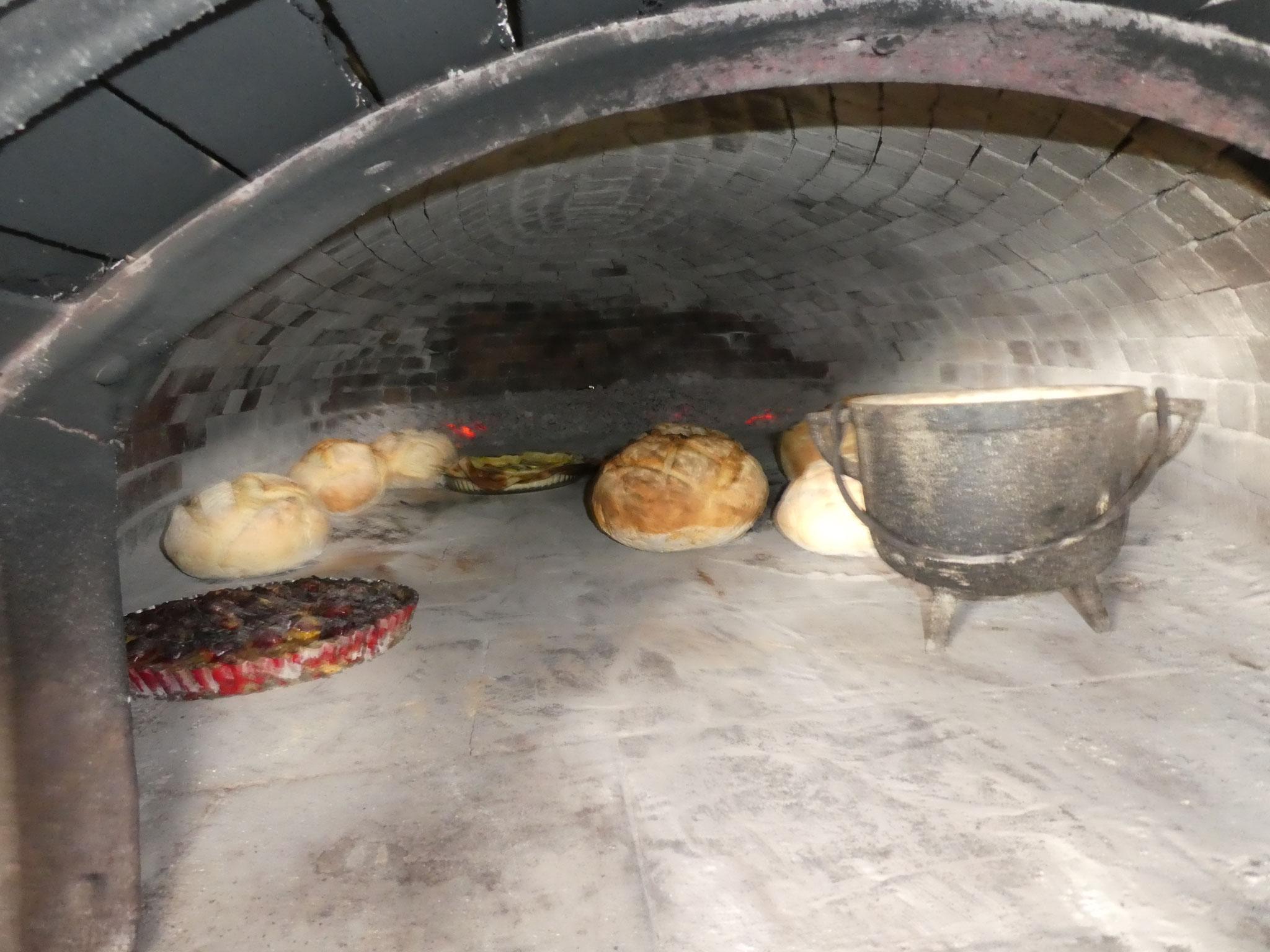 Le pain et les gâteaux personnels dans le four