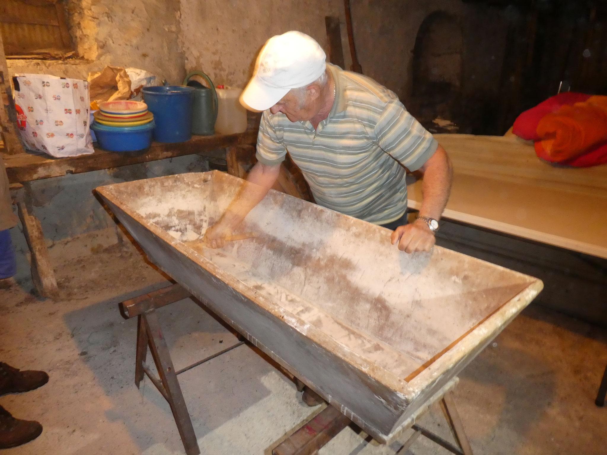 Le boulanger prépare la maie
