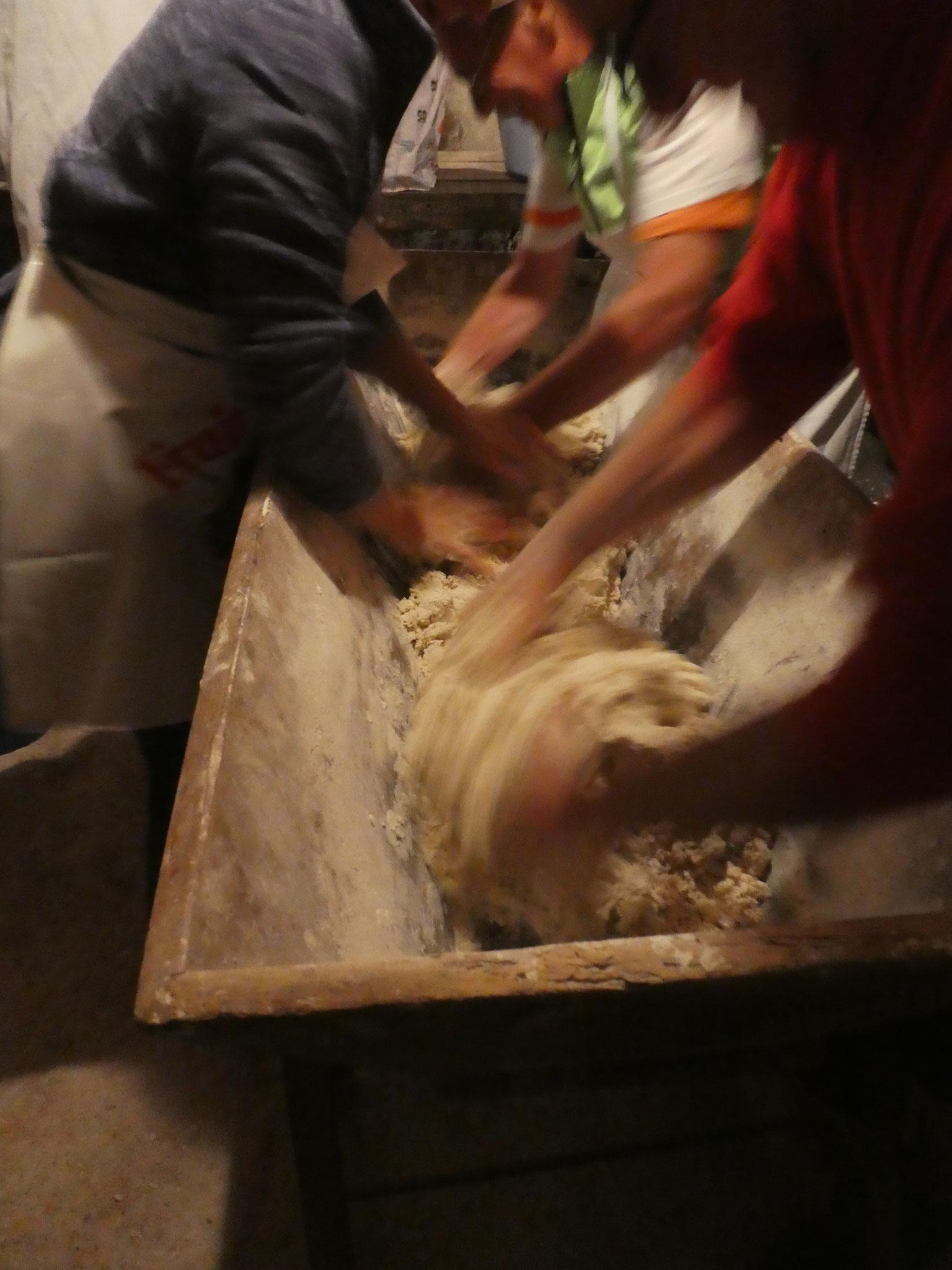 Le pétrissage de la pâte commence