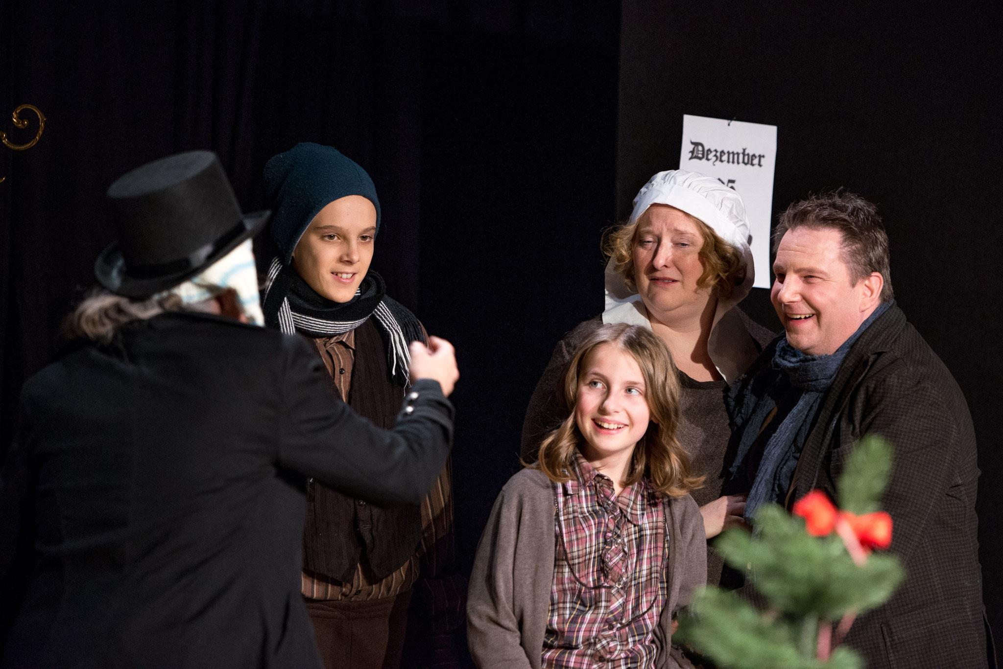 2019: klein Timmy in Fröhliche Weihnachten, Mr. Scrooge