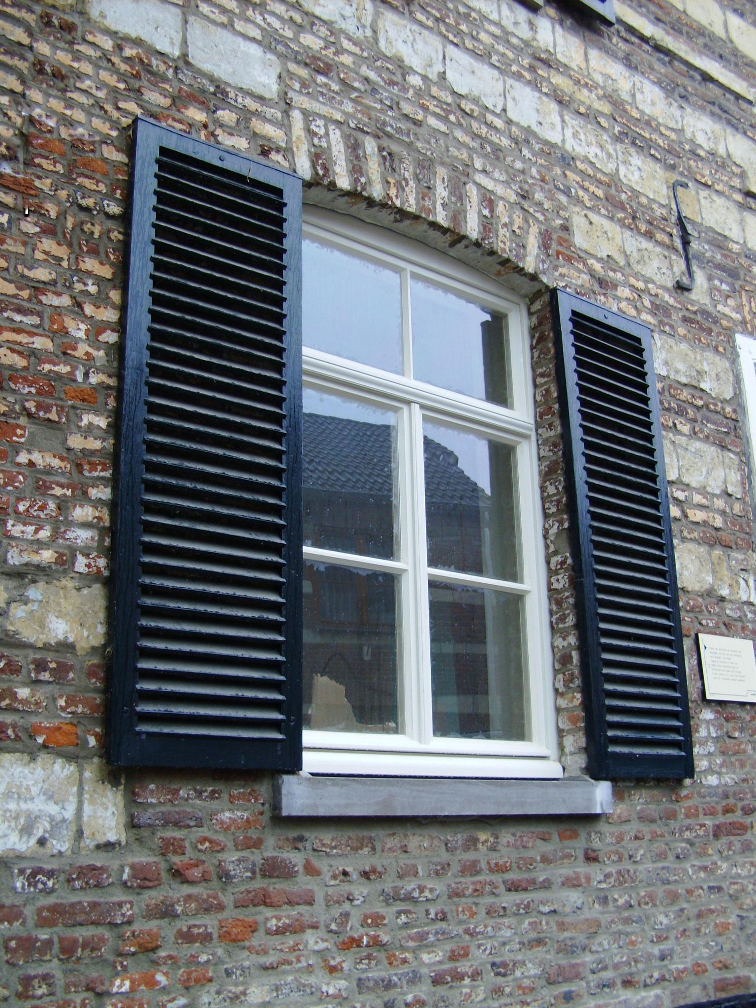 houten raam met luiken in Stein