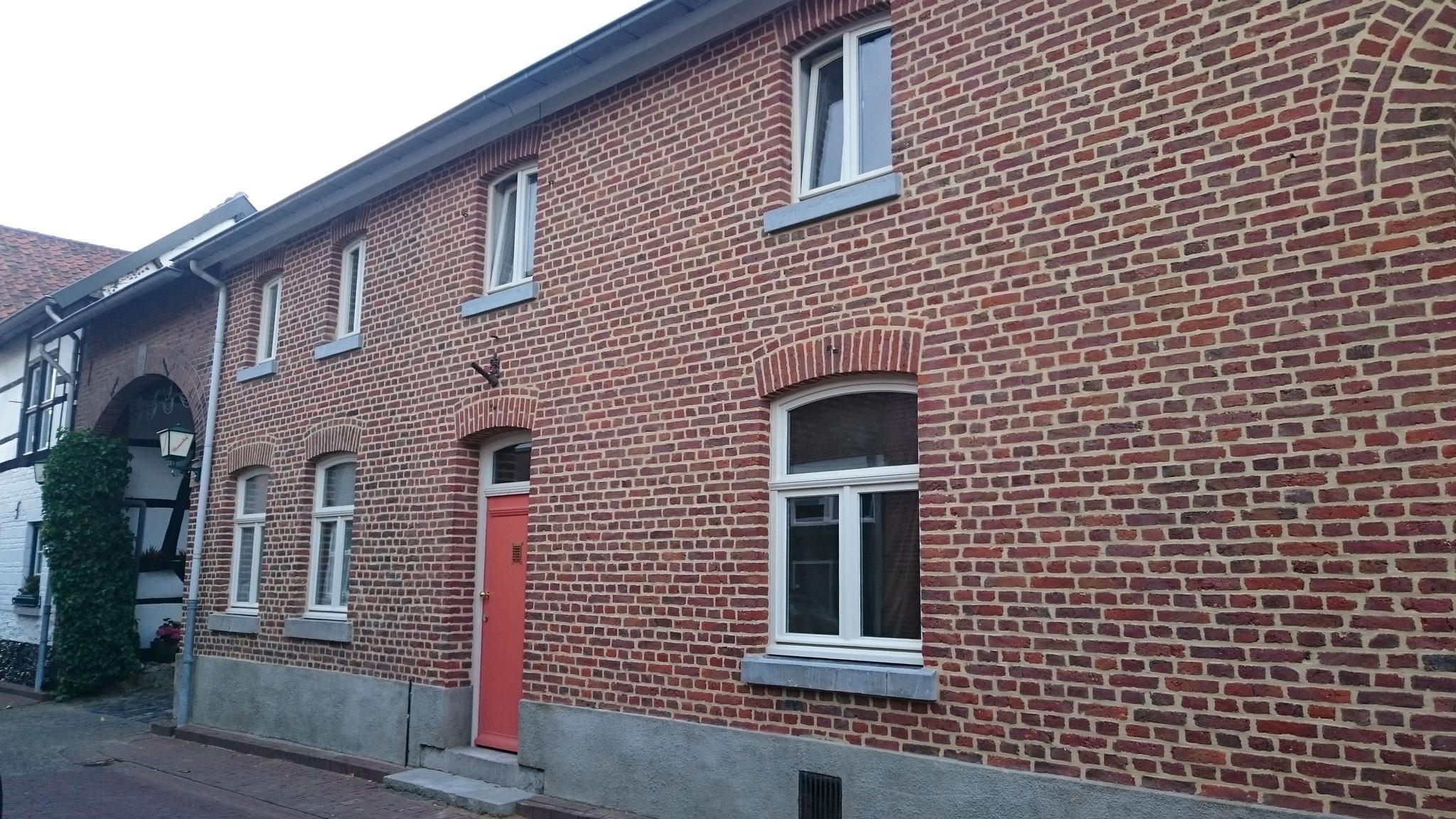 houten ramen en voordeur in Sint Geertruid
