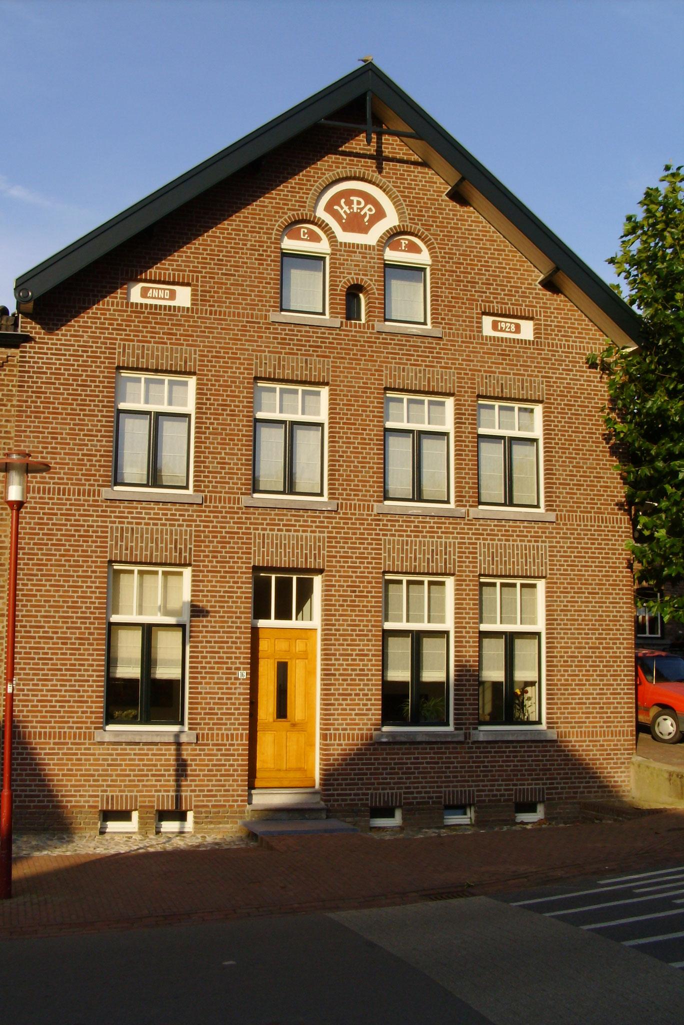 houten ramen en voordeur in Banholt