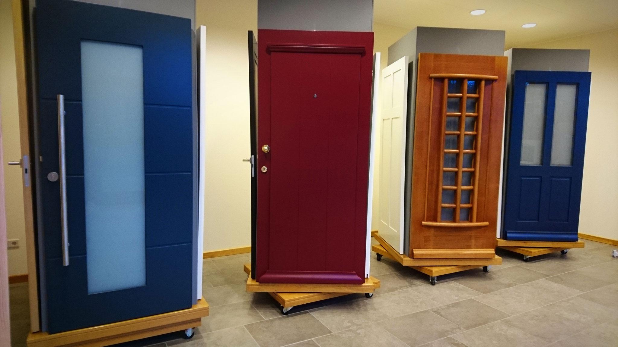 voordeuren in onze showroom