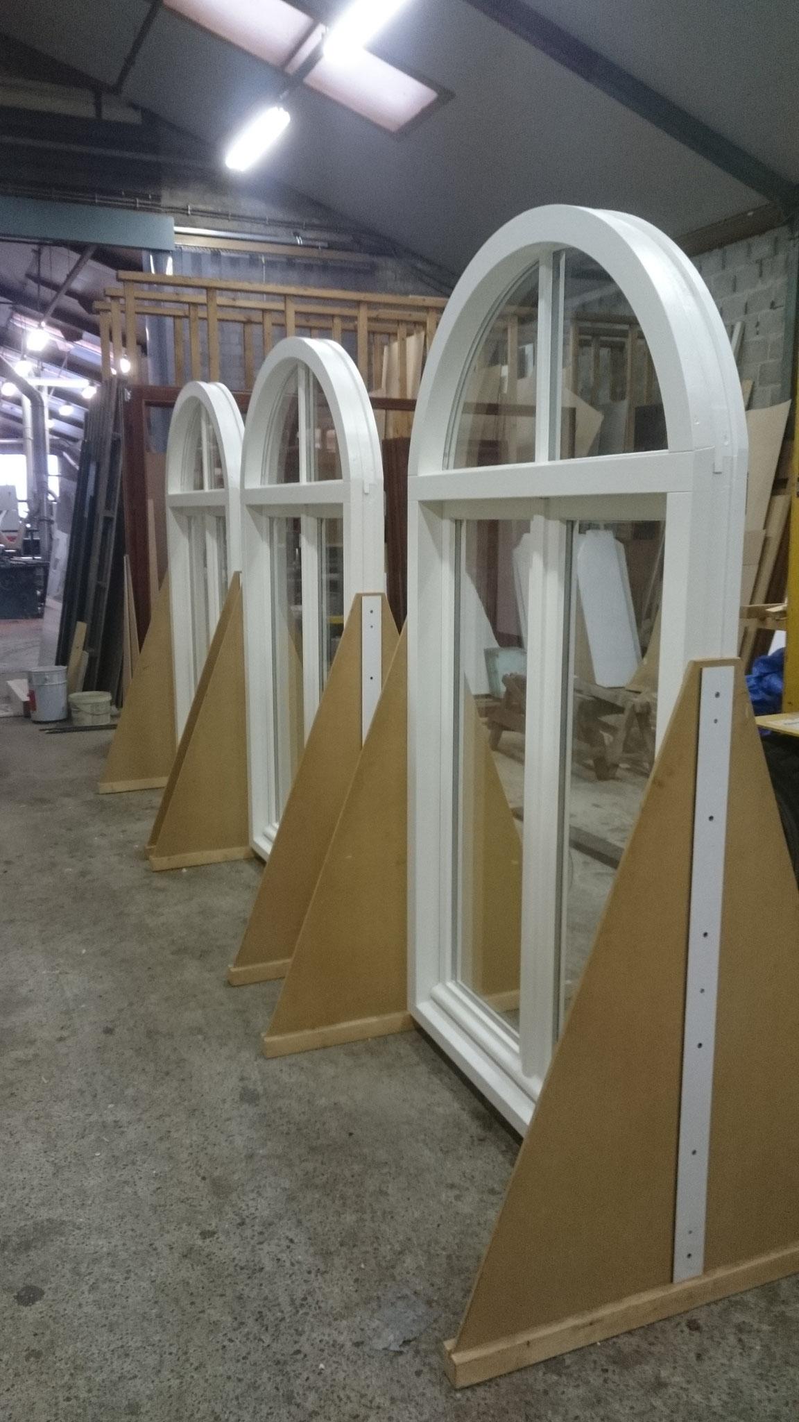 houten ramen met halfrond, beglaasd in onze afmontage