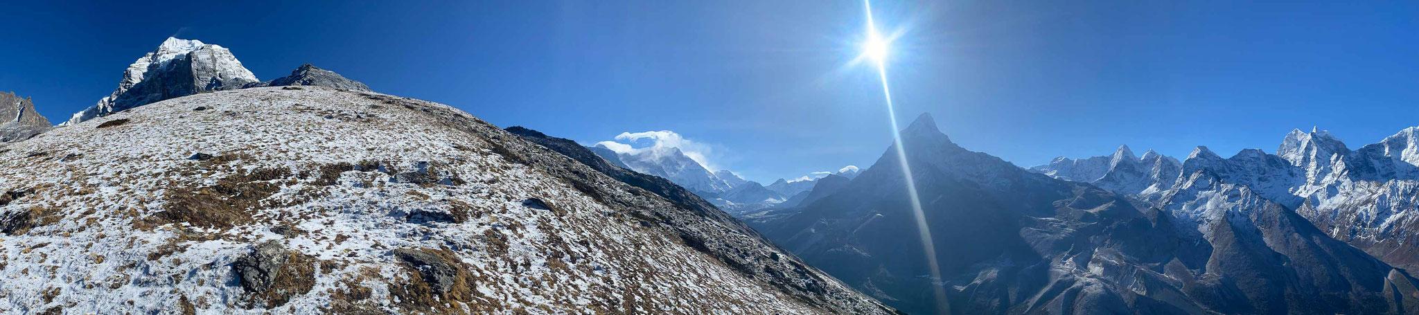Die Grashänge unterhalb des 6500 Meter hohen Taboche sind frisch verschneit.