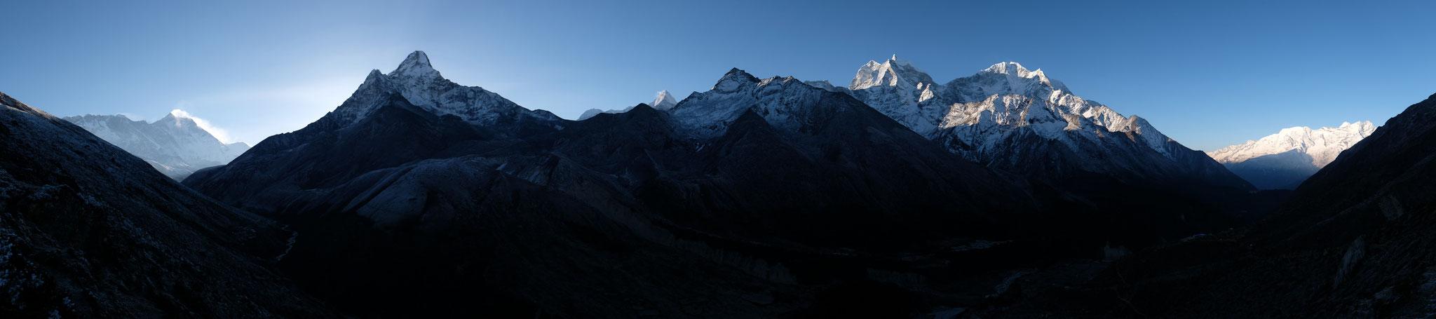 Aussen links die 8000er Mount Everest und Lhotse, Mitte links Ama Dablam, Mitte rechts die formschönen Kangtega undThamserku.