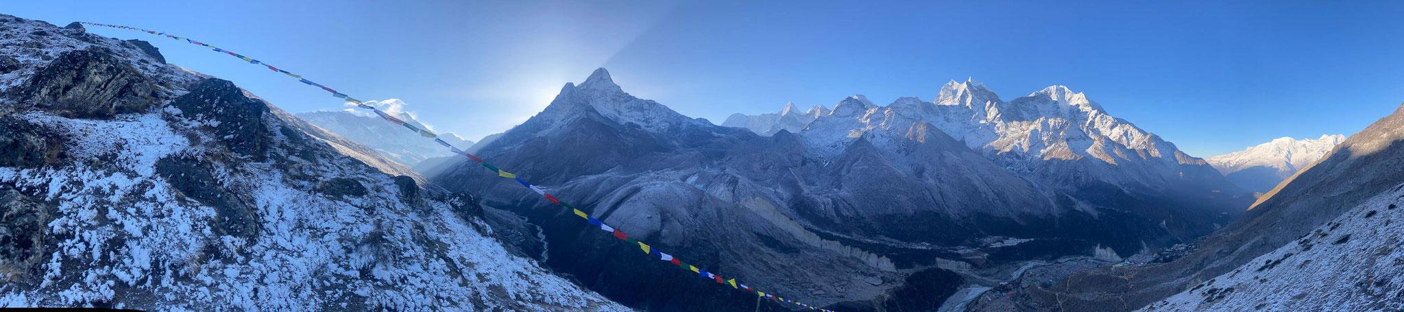 Blick übers Khumbu vom Taboche Basecamp. Die Aussicht lohnt den eher anstrengenden Aufstieg.