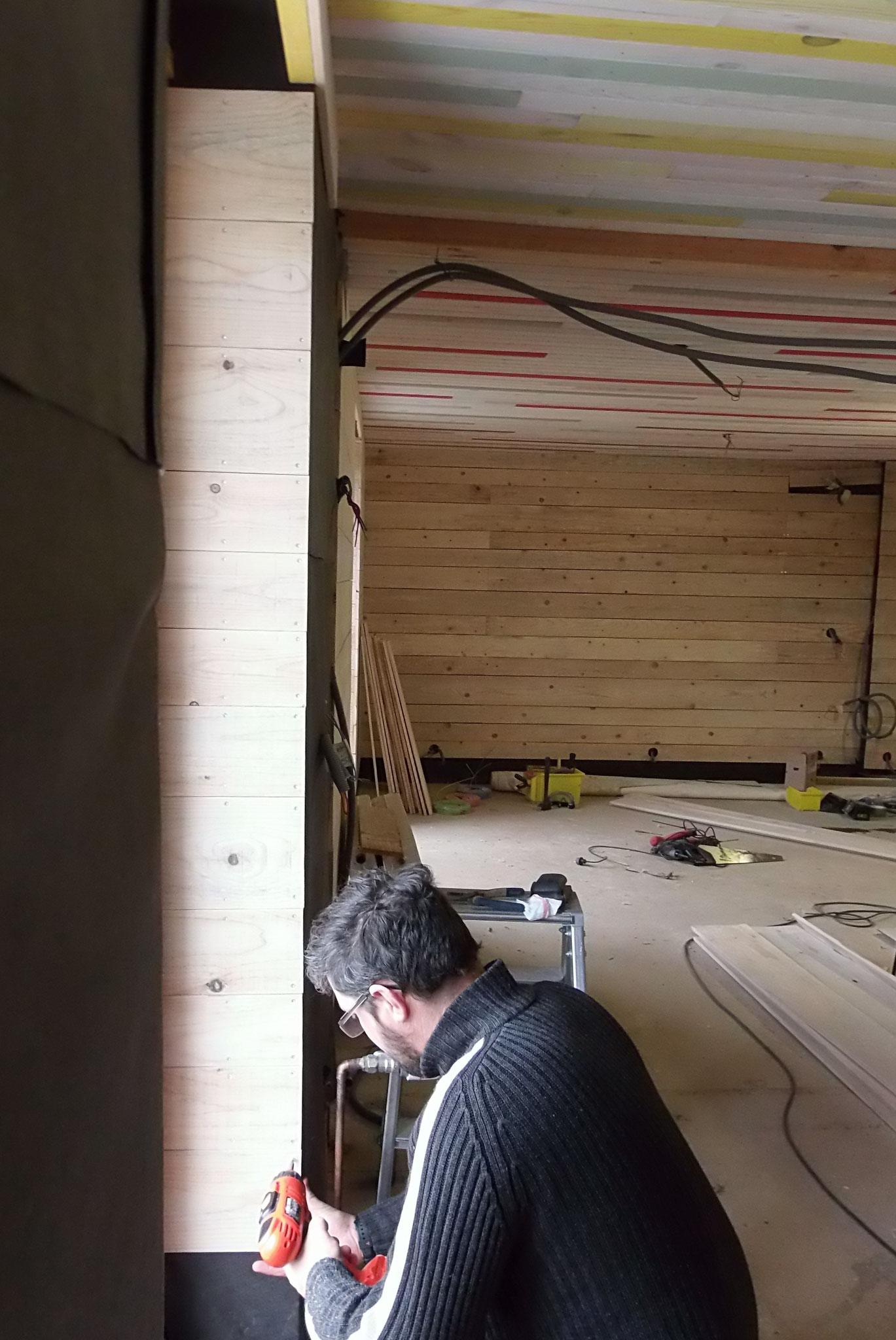 Avril-Mai 2018: pose des parements de planches sur les murs