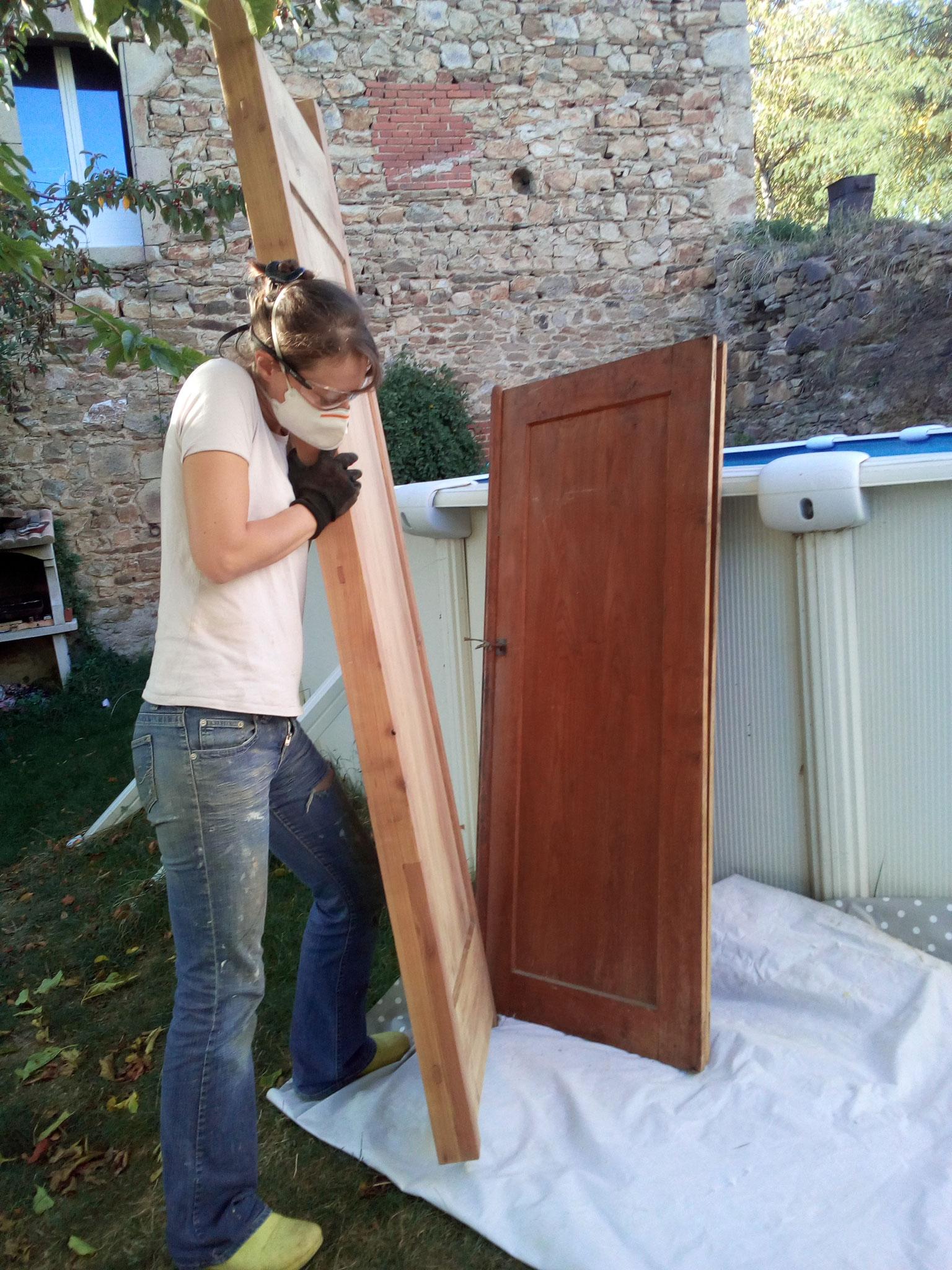 Aux beaux jours on ponce la vieille armoire
