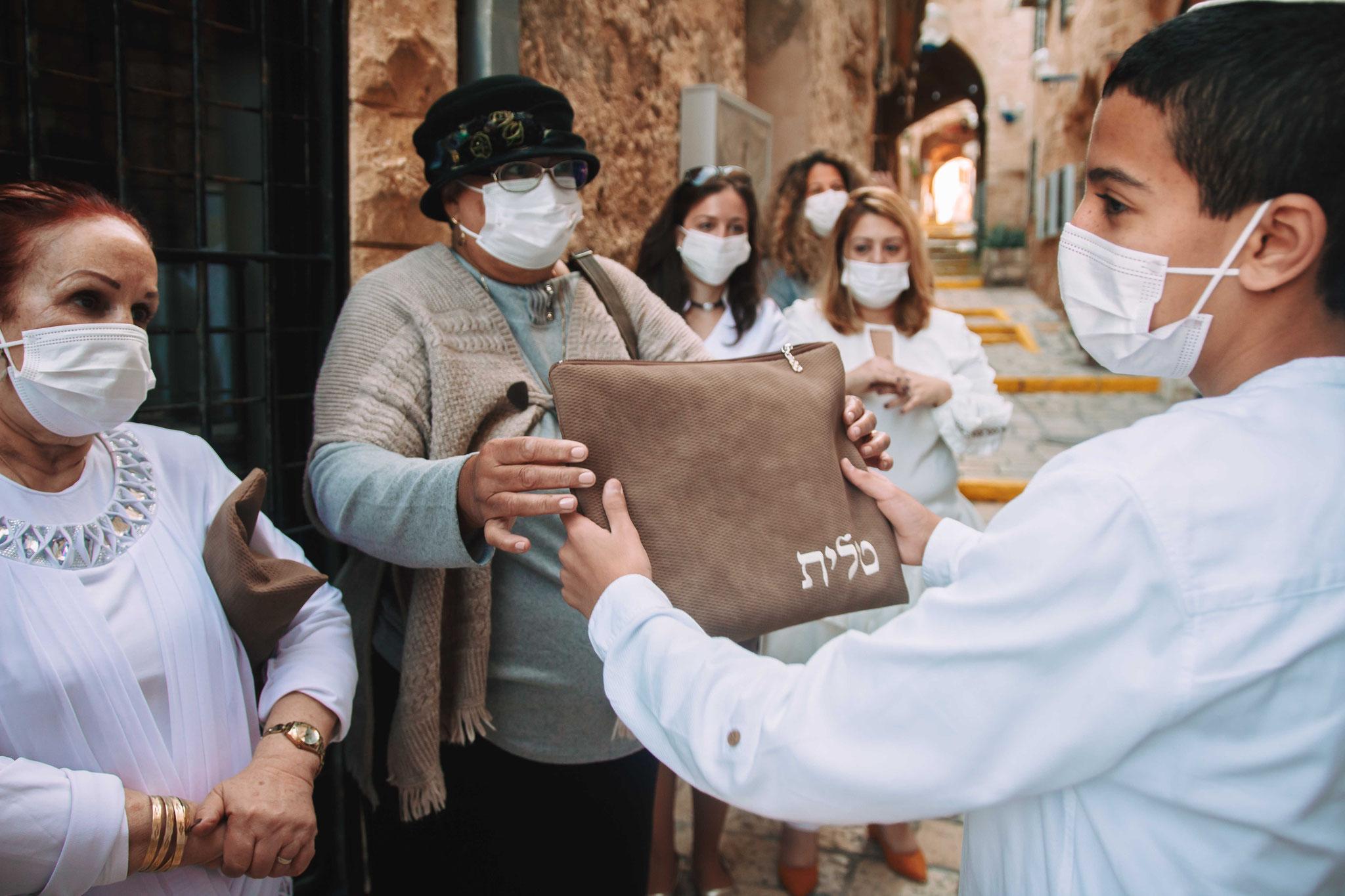 סבתא מעניקה מתנה - תפילין