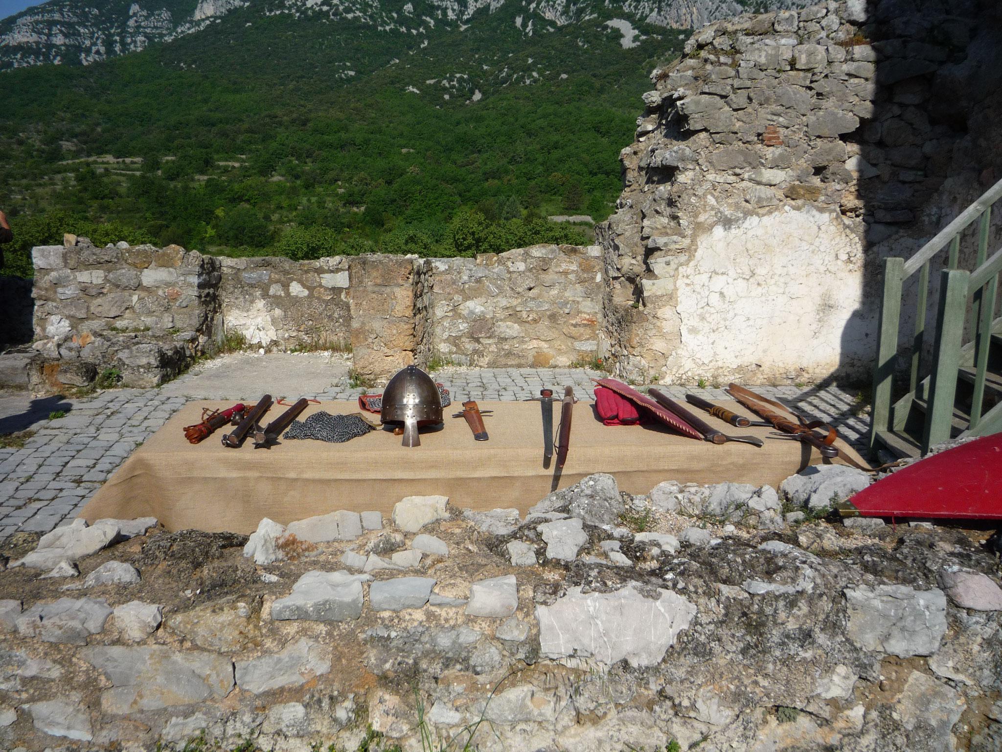 Présentation d'armes médiévales